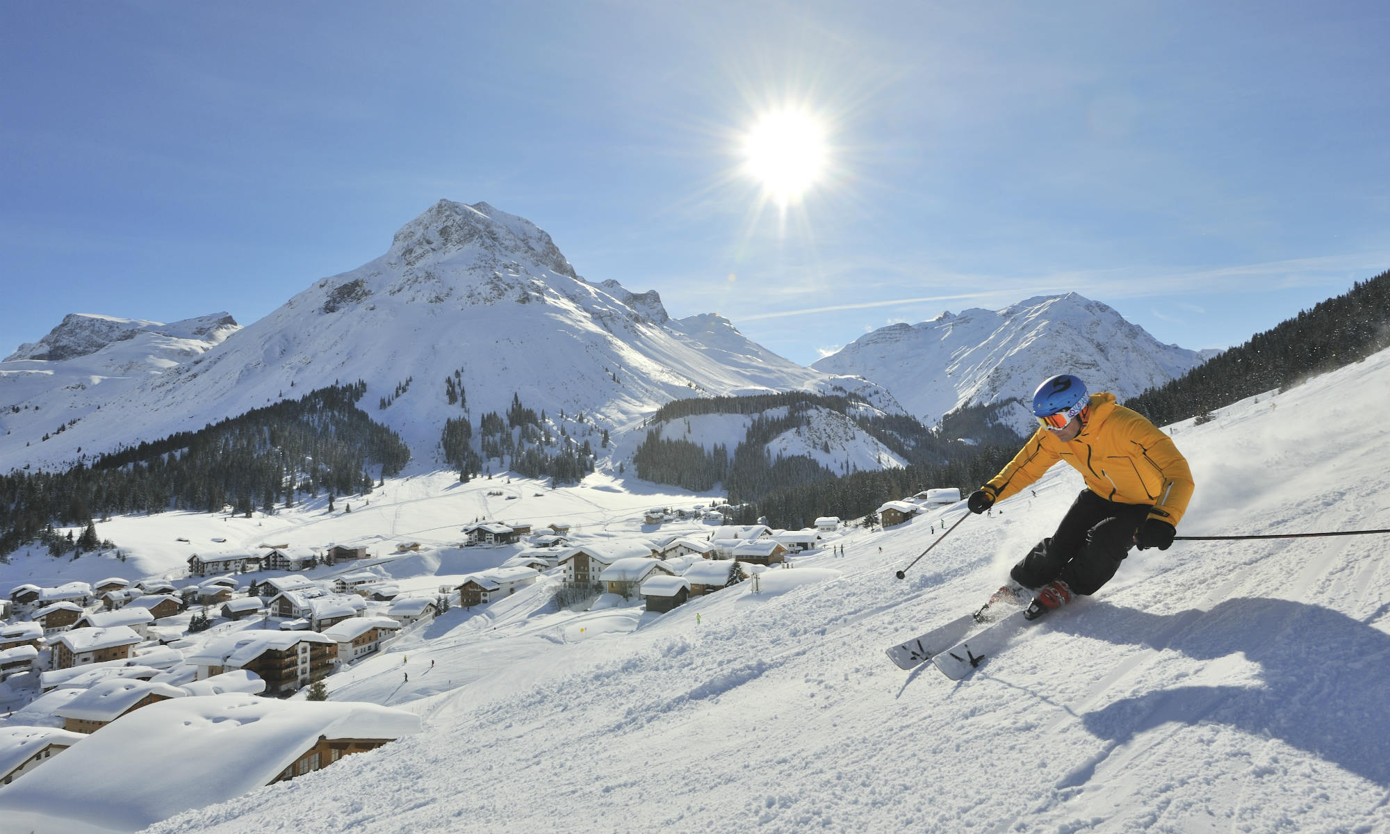 Ein Skifahrer auf einer sonnigen Piste oberhalb von Lech.