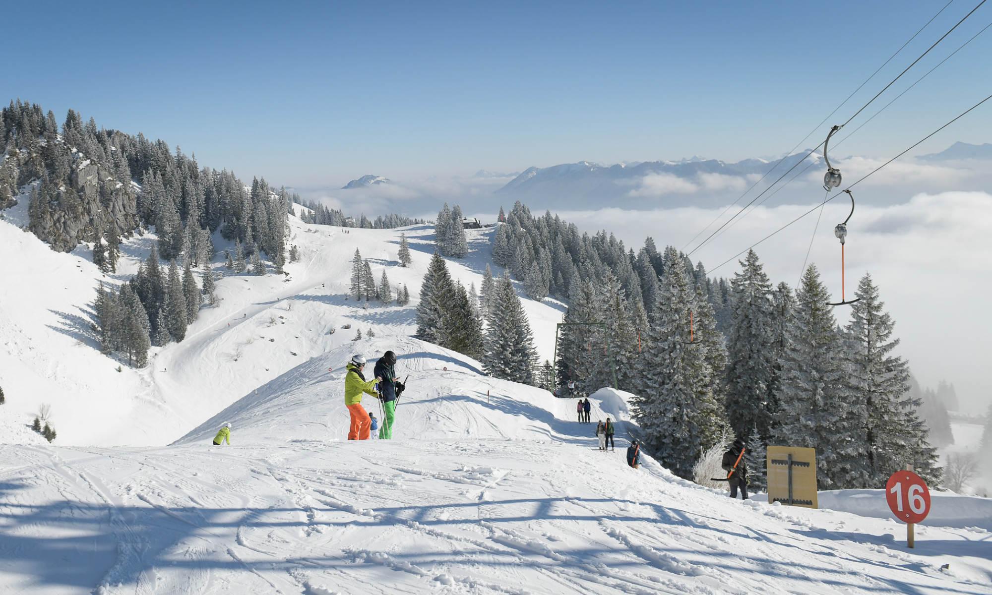 2 Skifahrer auf einer anfängerfreundlichen Piste am Skiberg Brauneck.