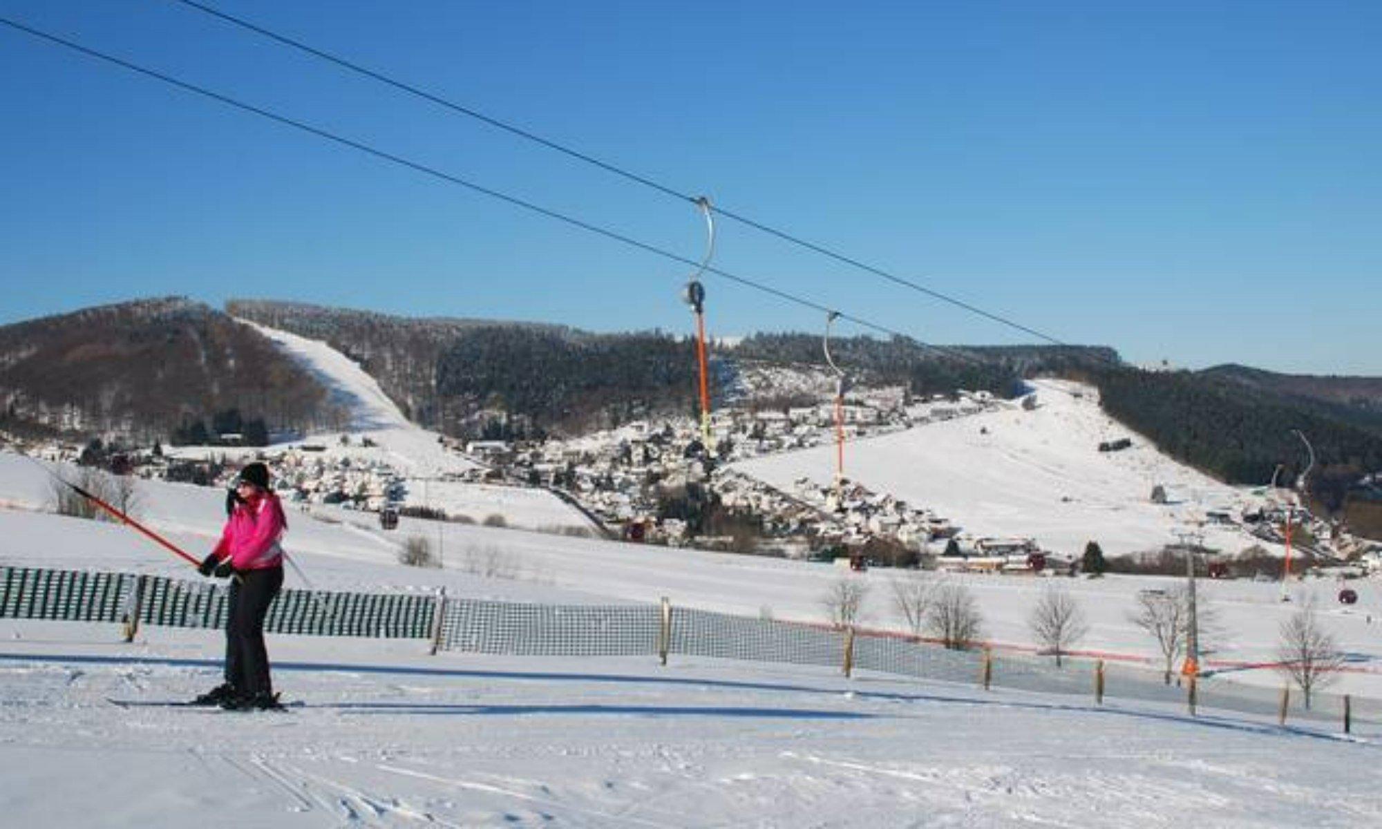 Skifahrerin am Schlepplift im Skigebiet Willingen.