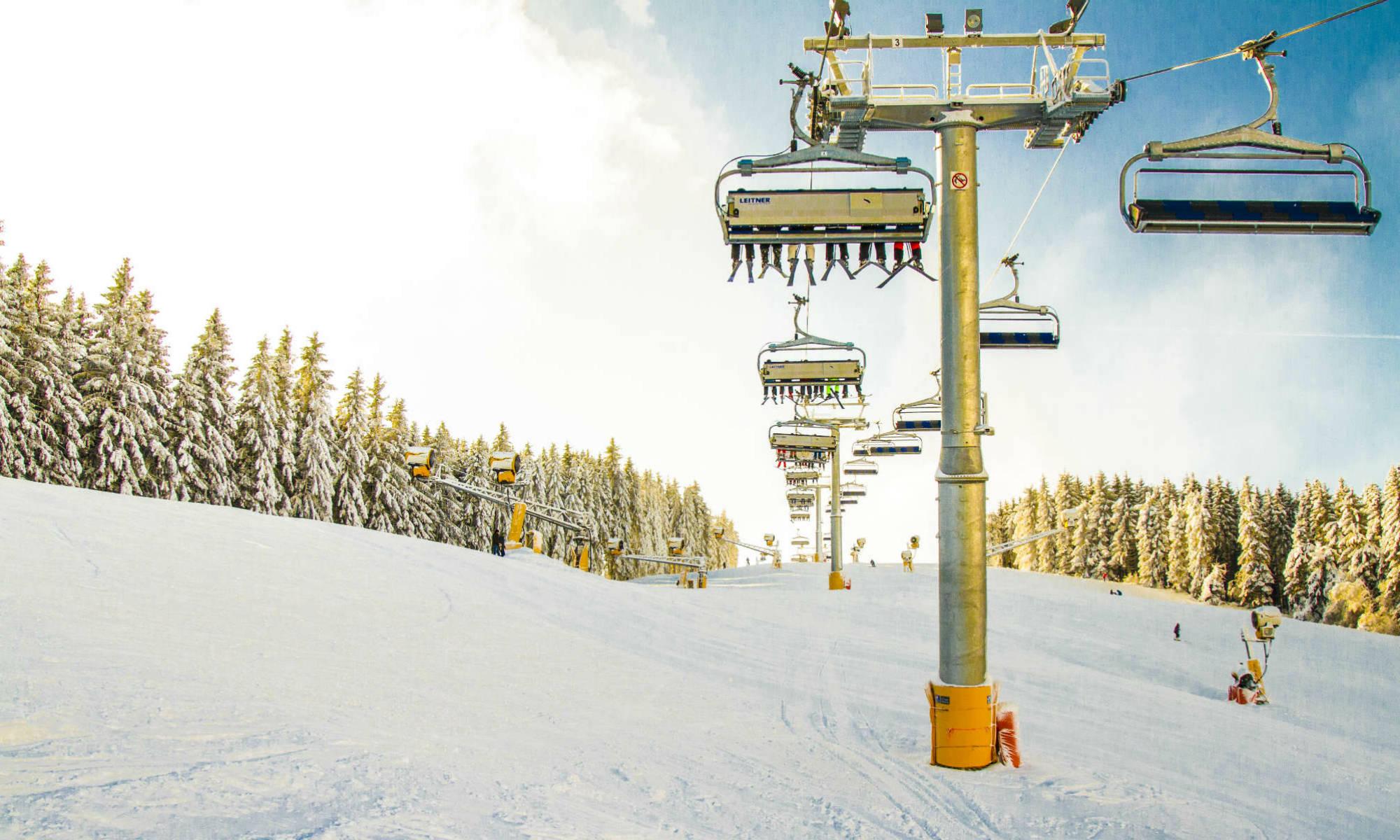 Einfache Piste und Skilift Anlage im Skigebiet Winterberg.