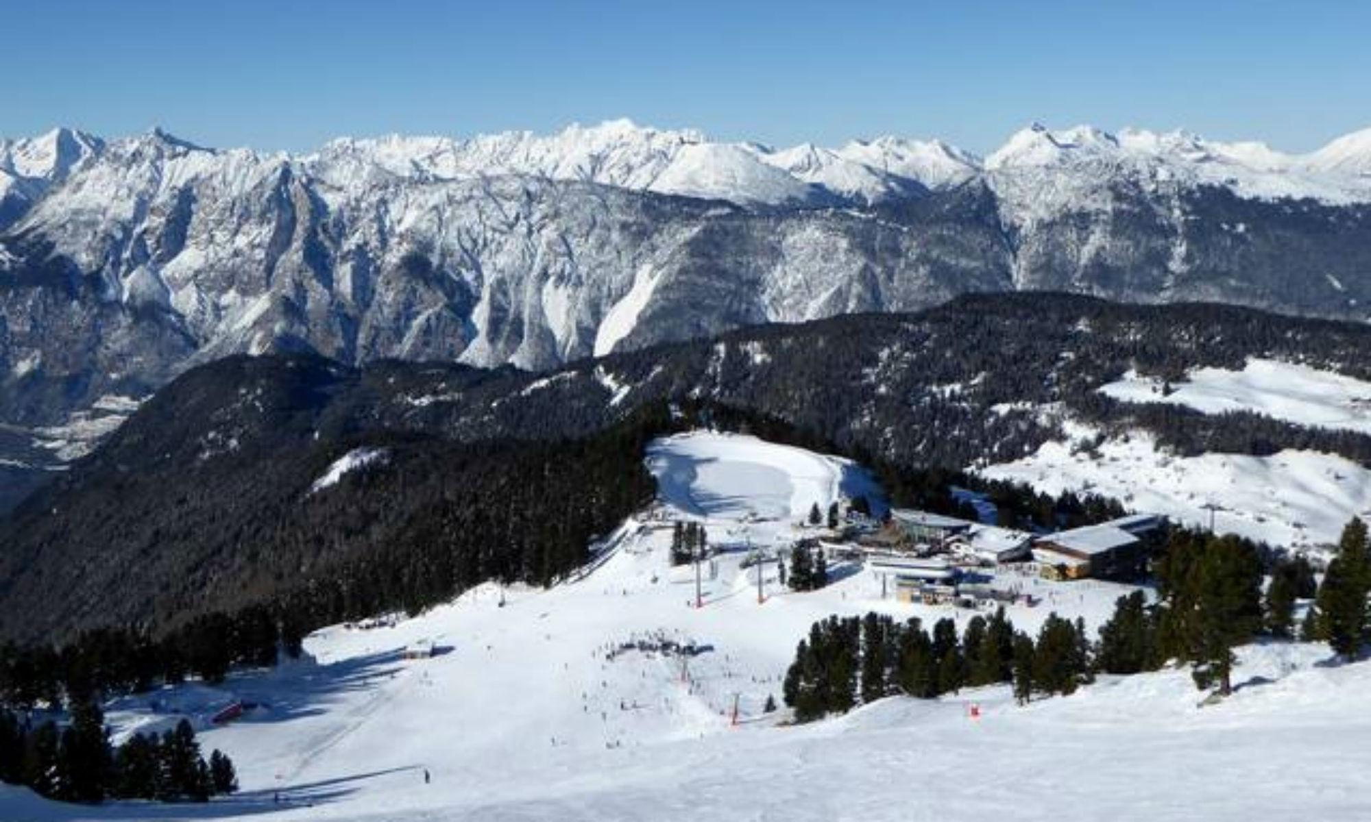 Ausblick auf die Bergstation der Acherkogelbahn im Skigebiet Oetz-Hochoetz und die Ötztaler Alpen.