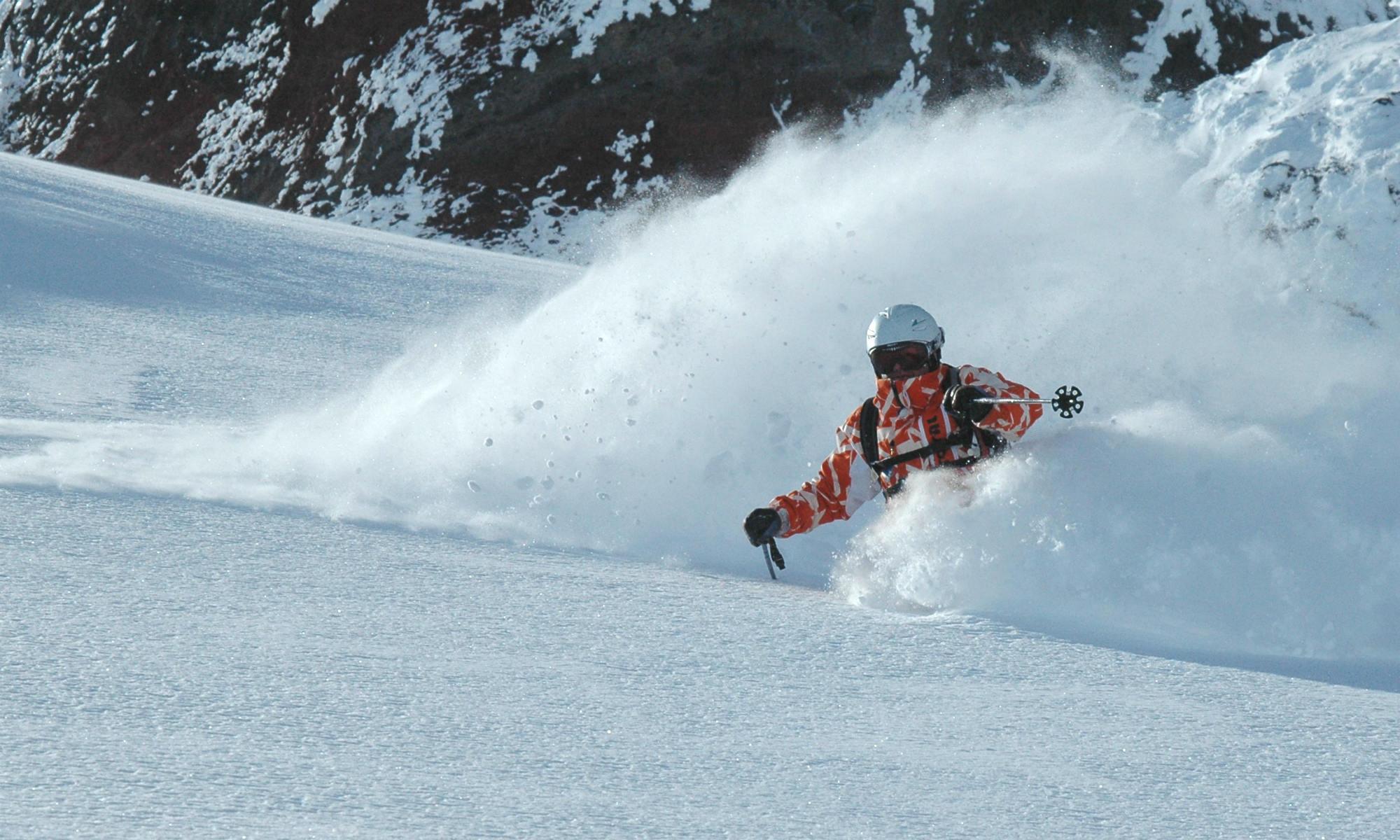 Peter Larcher beim Skifahren im Tiefschnee.