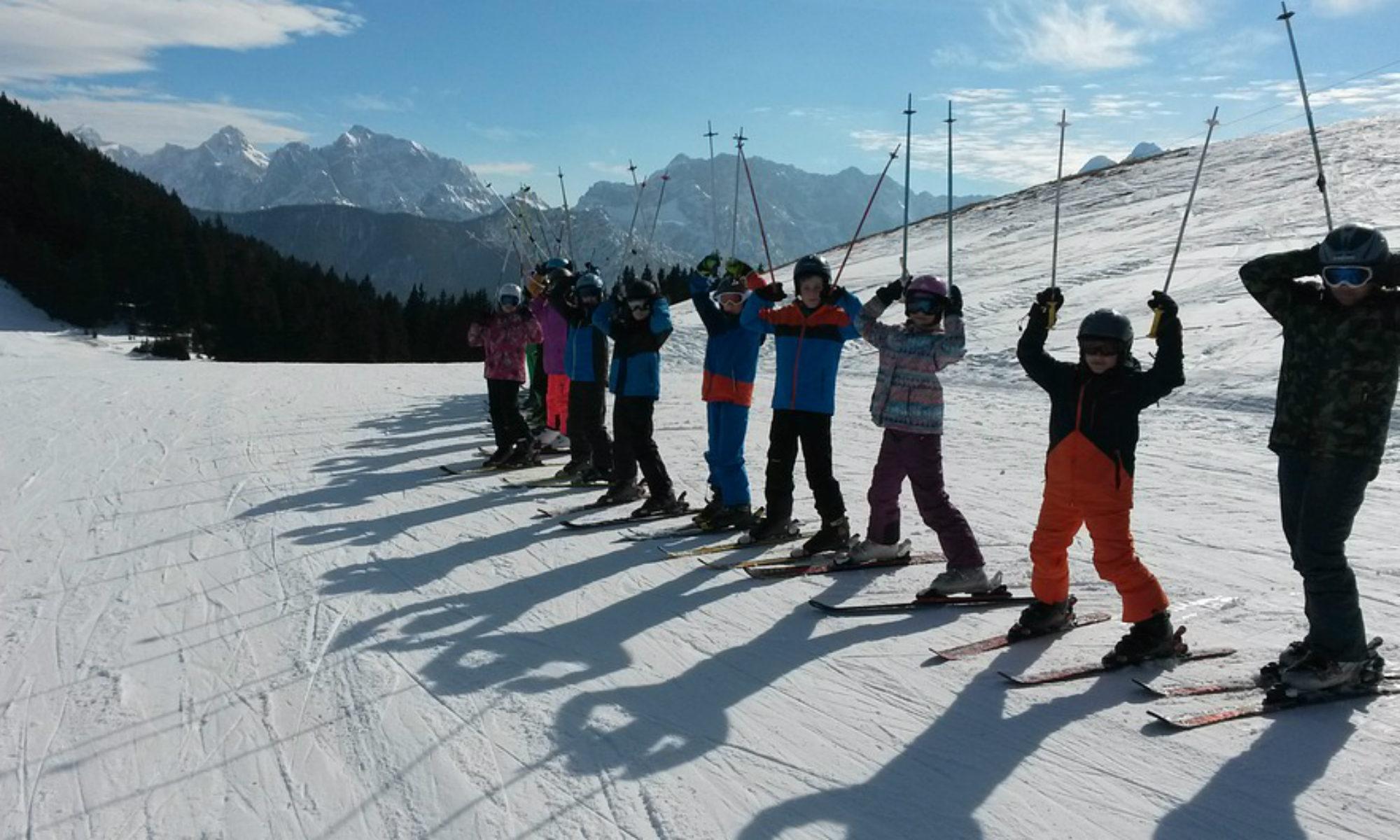 Les participants à un cours de ski.