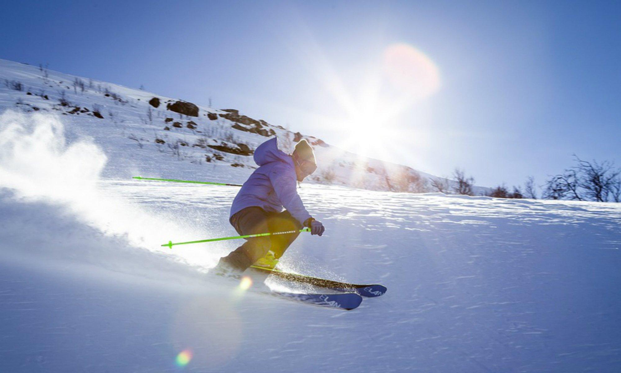 Un skieur seul sur une piste.