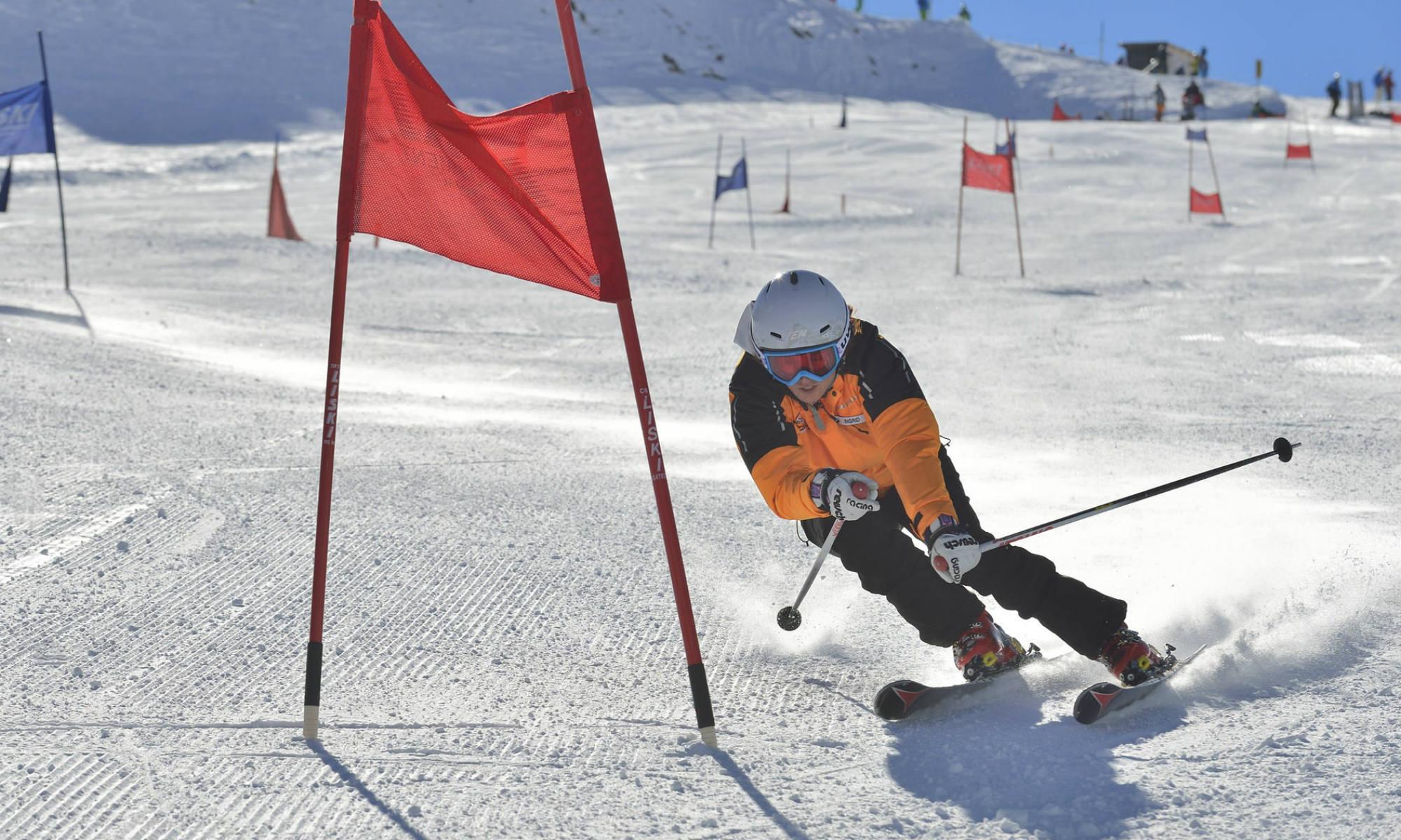 Un skieur sur une piste de slalom.