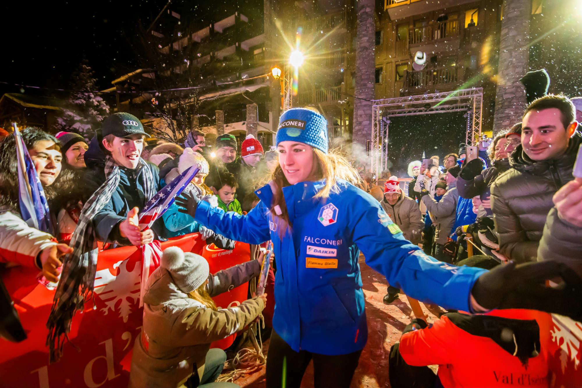 Une championne de ski traverse le public rassemblé à Val d'Isère.