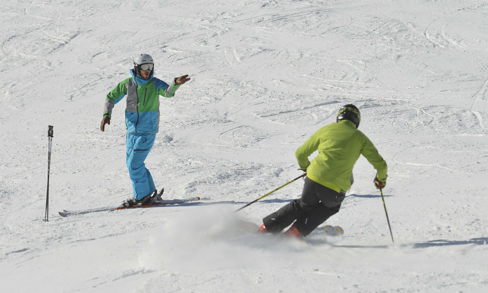 Un skieur travaille son planter de bâton avec un moniteur de ski.