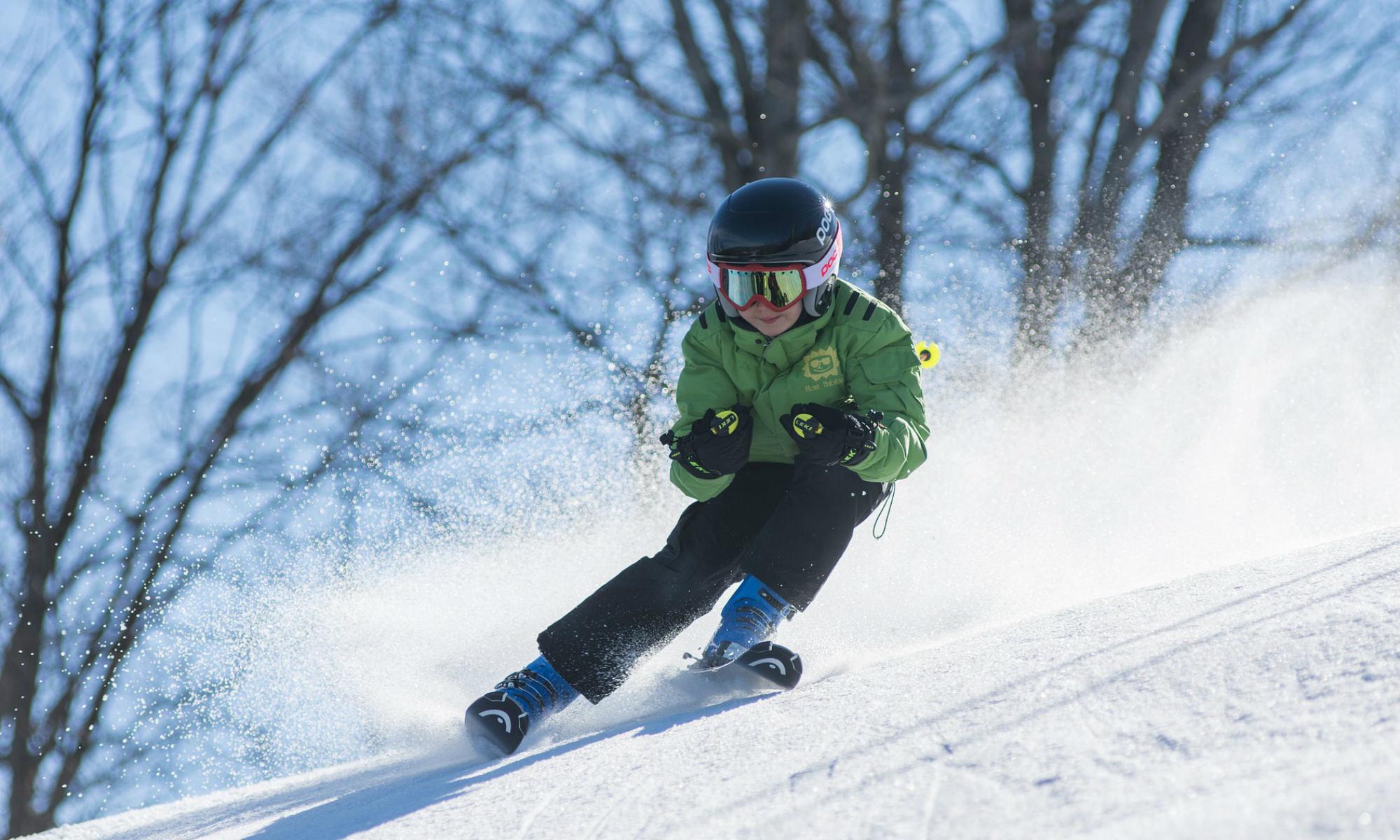 Un jeune skieur effectue un virage «carving».