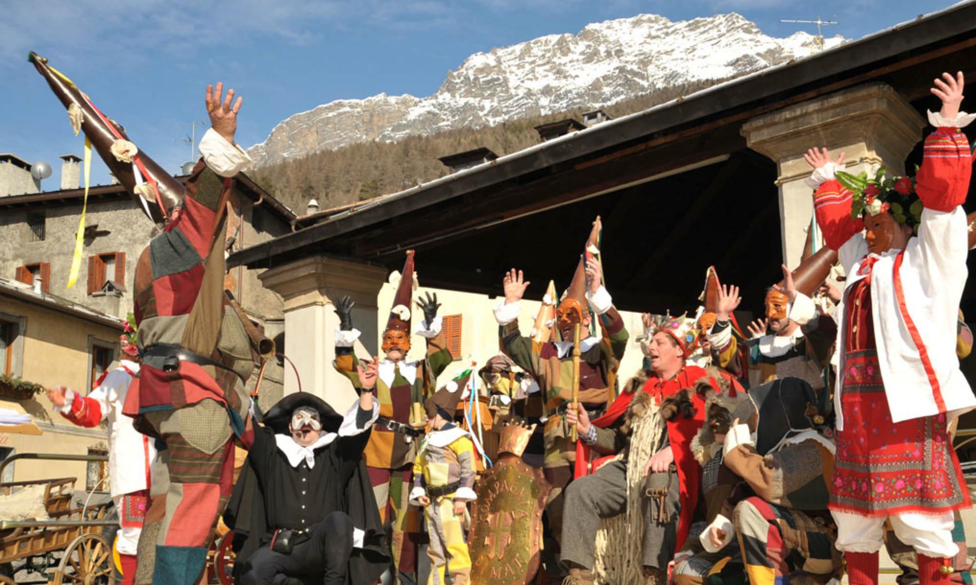 Al Carneval di Mat si festeggia sul palco con costumi, recite e musiche.