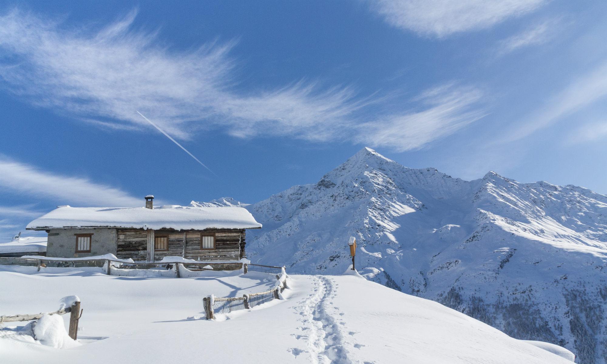 Il cielo azzurro e la neve candida rendono il panorama del Parco Nazionale dello Stelvio un posto mozzafiato.