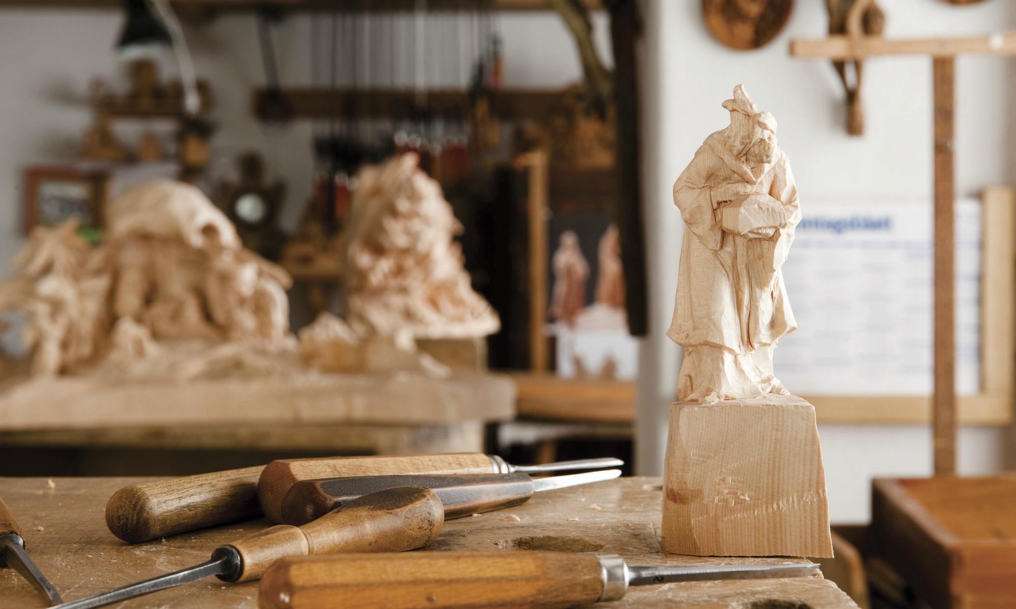 Aktuelle Holzschnitzarbeiten im Grödnertal in Südtirol.