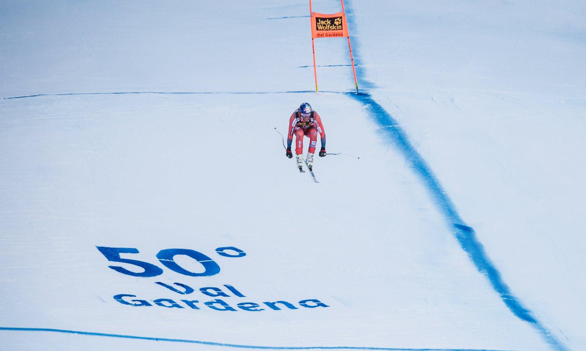 Ein Skirennfahrer bestreitet die berühmte Abfahrt Saslong in Gröden.