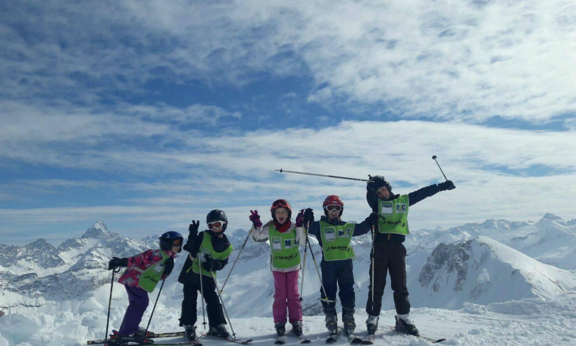 5 Kinder beim Herumtollen während des Skifahrens in Oberstdorf.