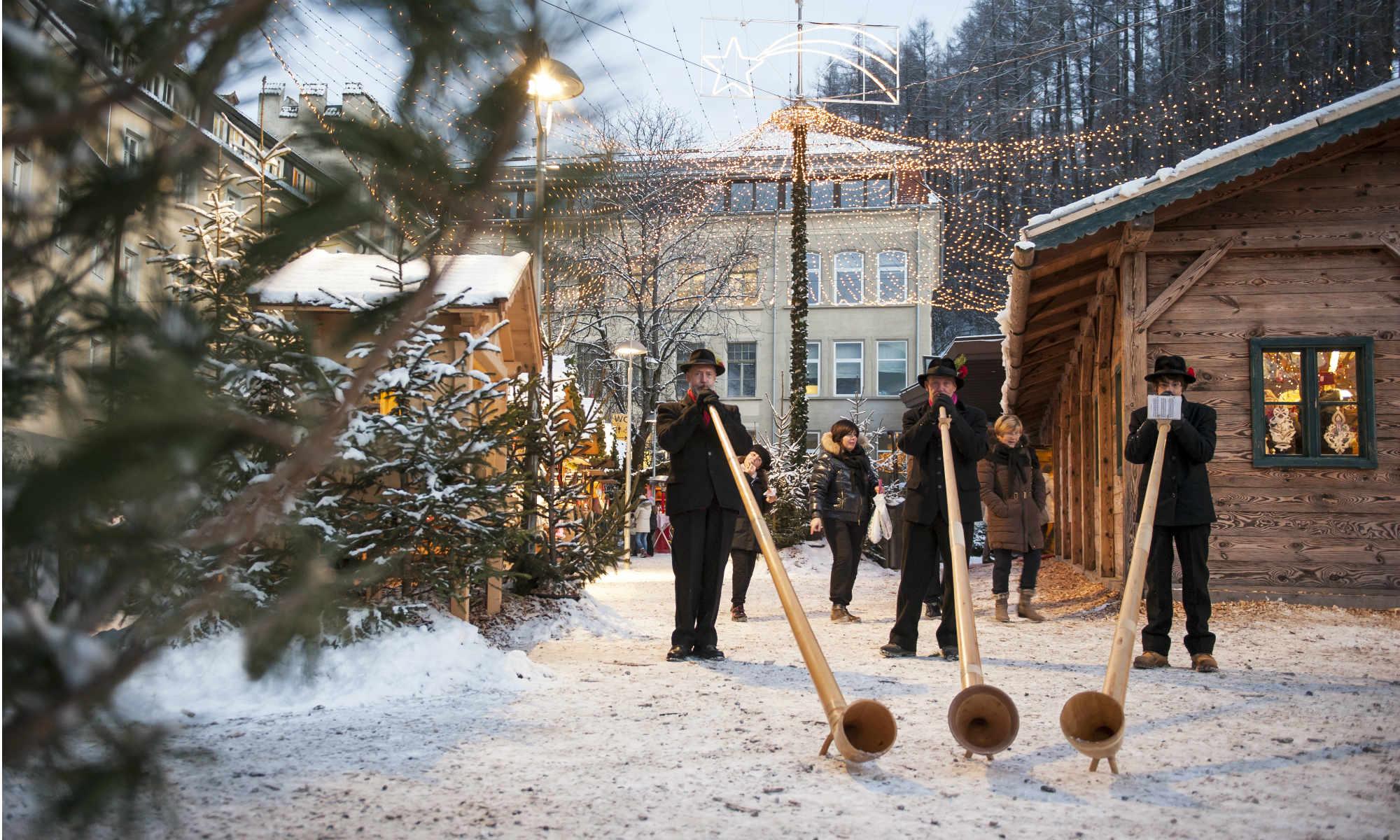 Musikanten am Weihnachtsmarkt in Bruneck, in der Nähe des Skigebiets am Kronplatz.