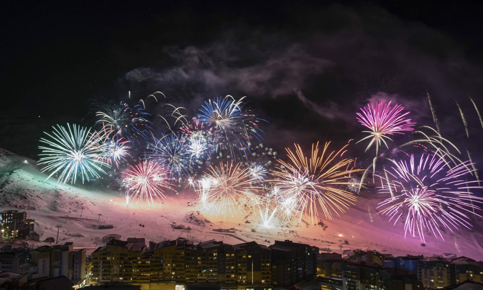 Weihnachts-Feuerwerk über den Dächern von Val Thorens.
