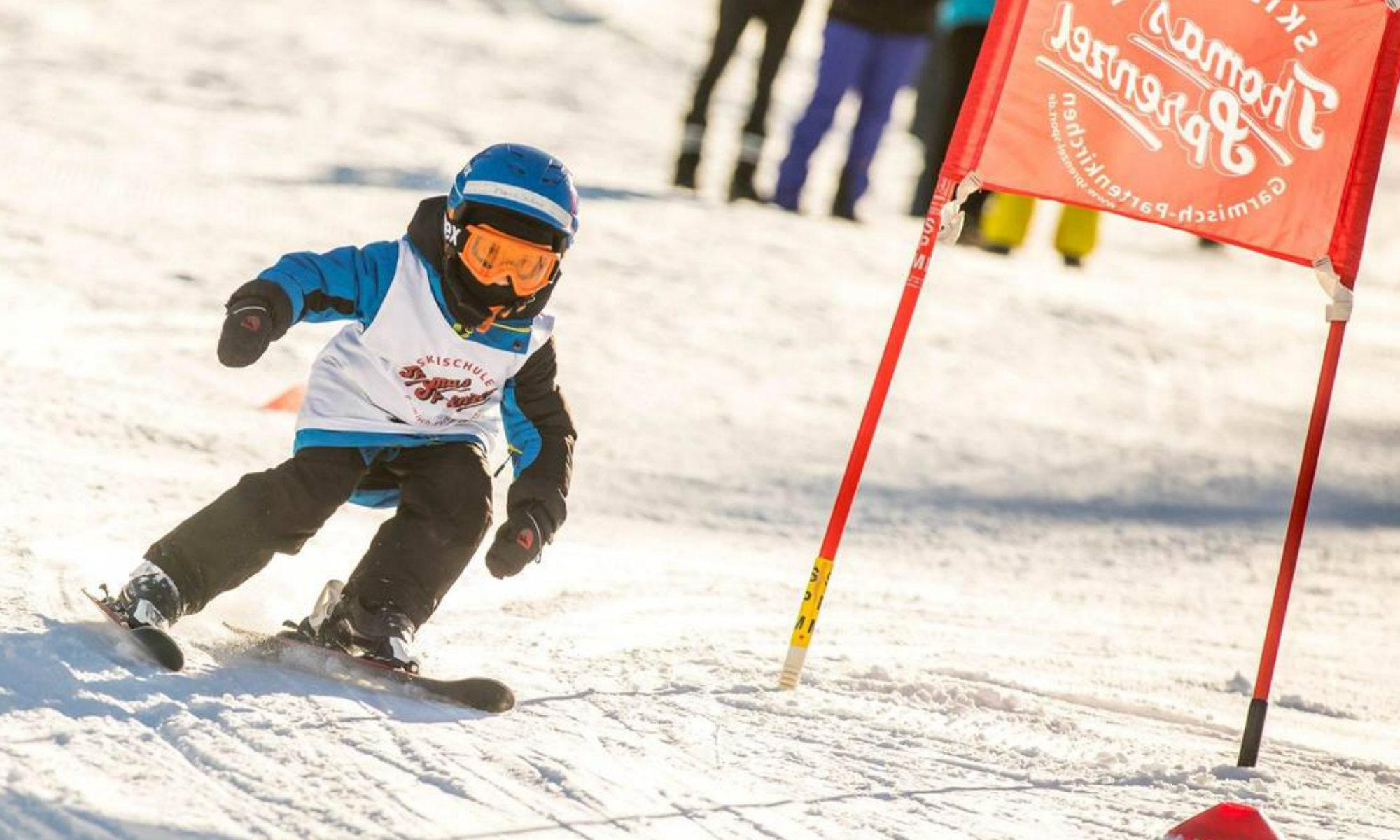 Ein Kind beim Umfahren eines Bogens auf einer Piste des Skigebiets Garmisch-Classic.