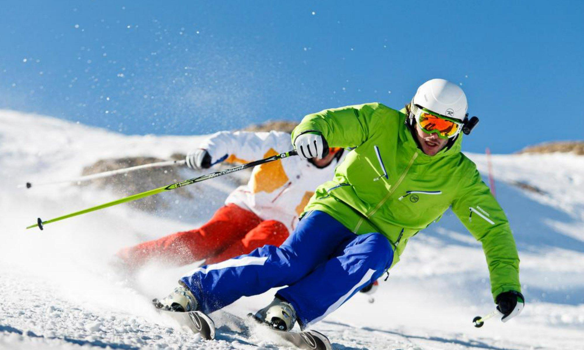 Zwei Skifahrer auf einer Piste im Skigebiet Sölden.