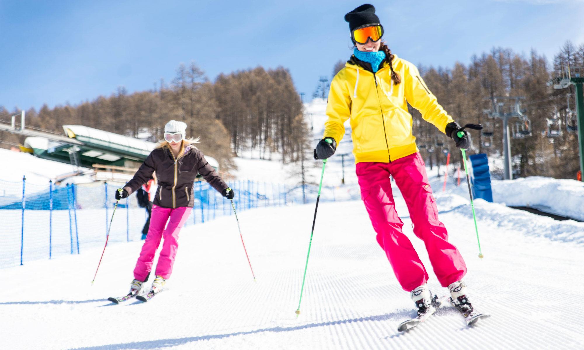 2 Frauen beim Skifahren auf einer einfachen Piste in Feldberg.