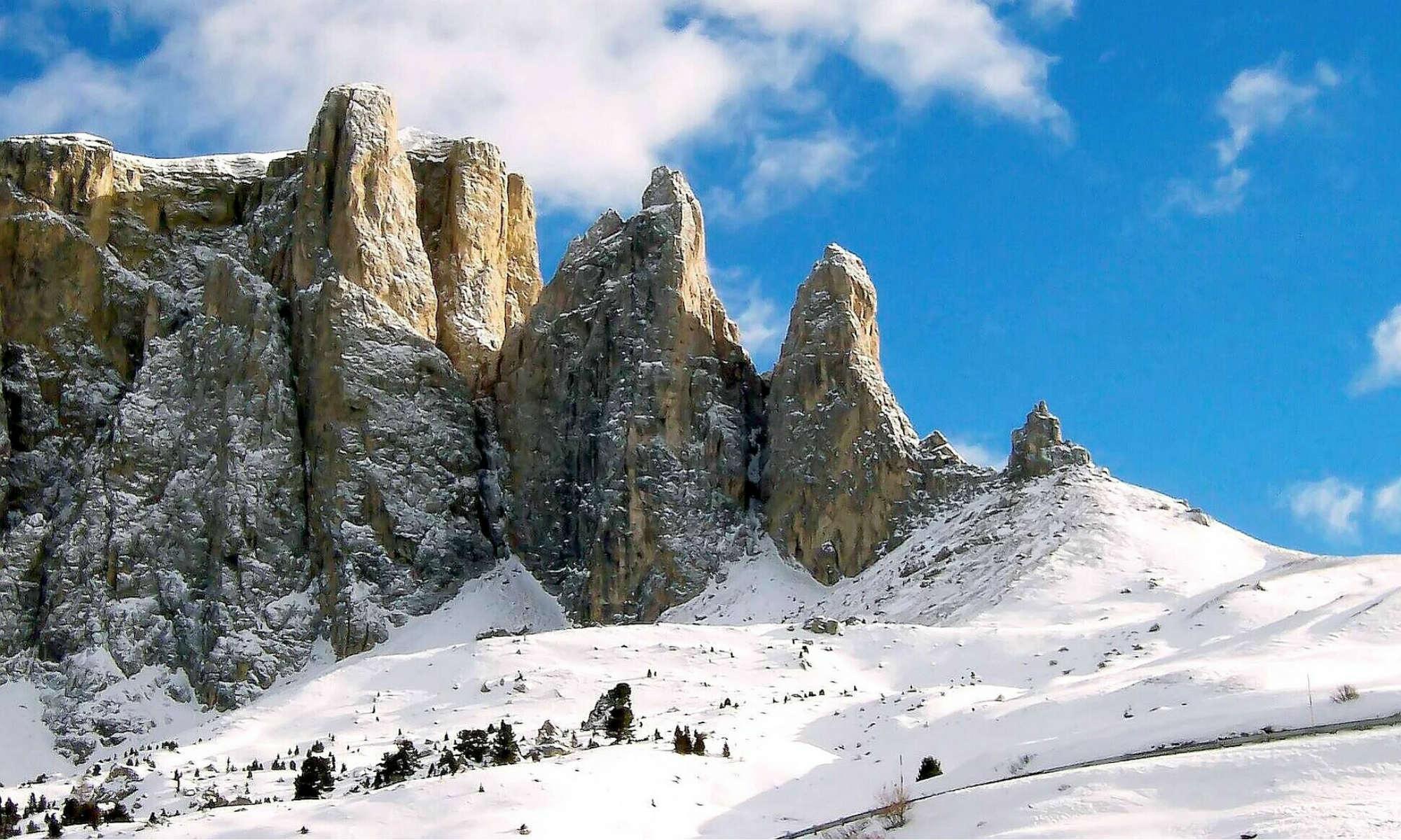 Panorama di cime coperte di neve nei dolomiti.