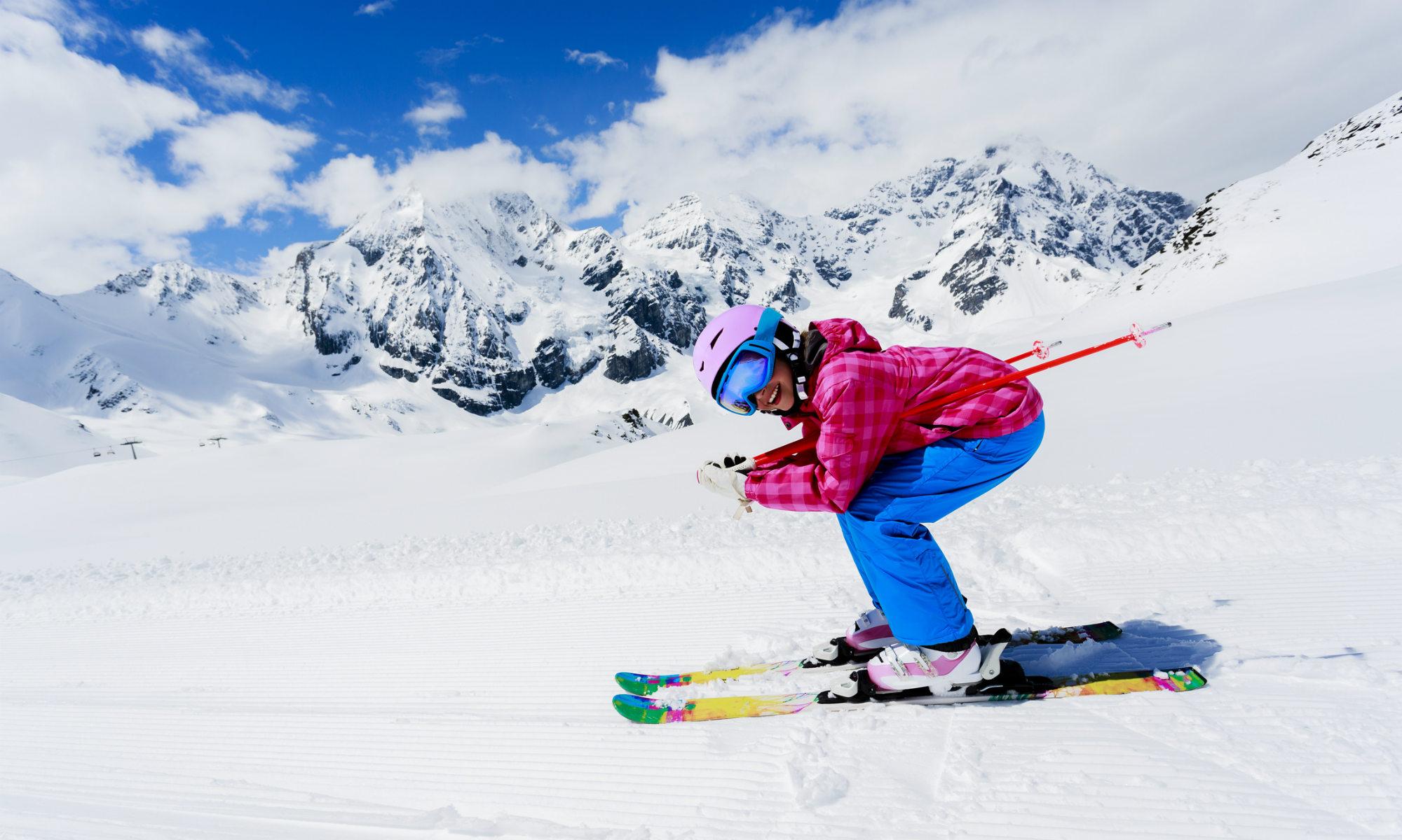 Un skieur en position de cours sur ses skis parallèles.