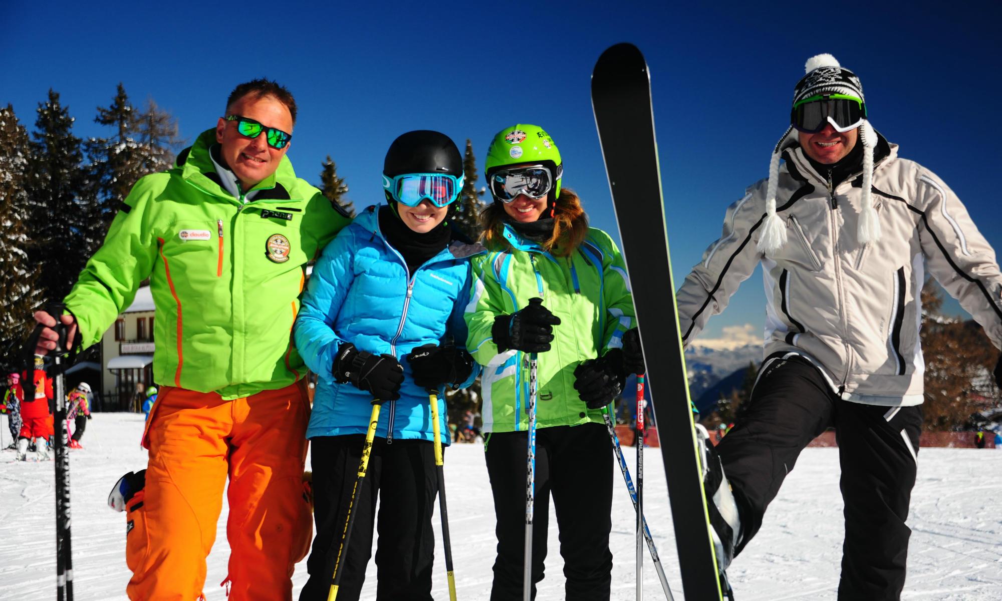 Maestro di sci e allievi sorridono sulle piste di Folgarida.