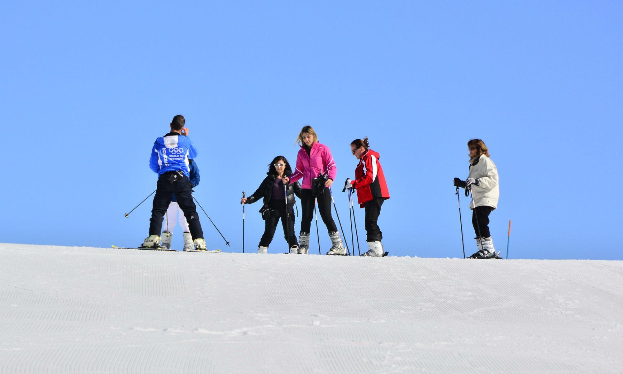 Degli sciatori si preparano a scendere una pista a Sestriere.