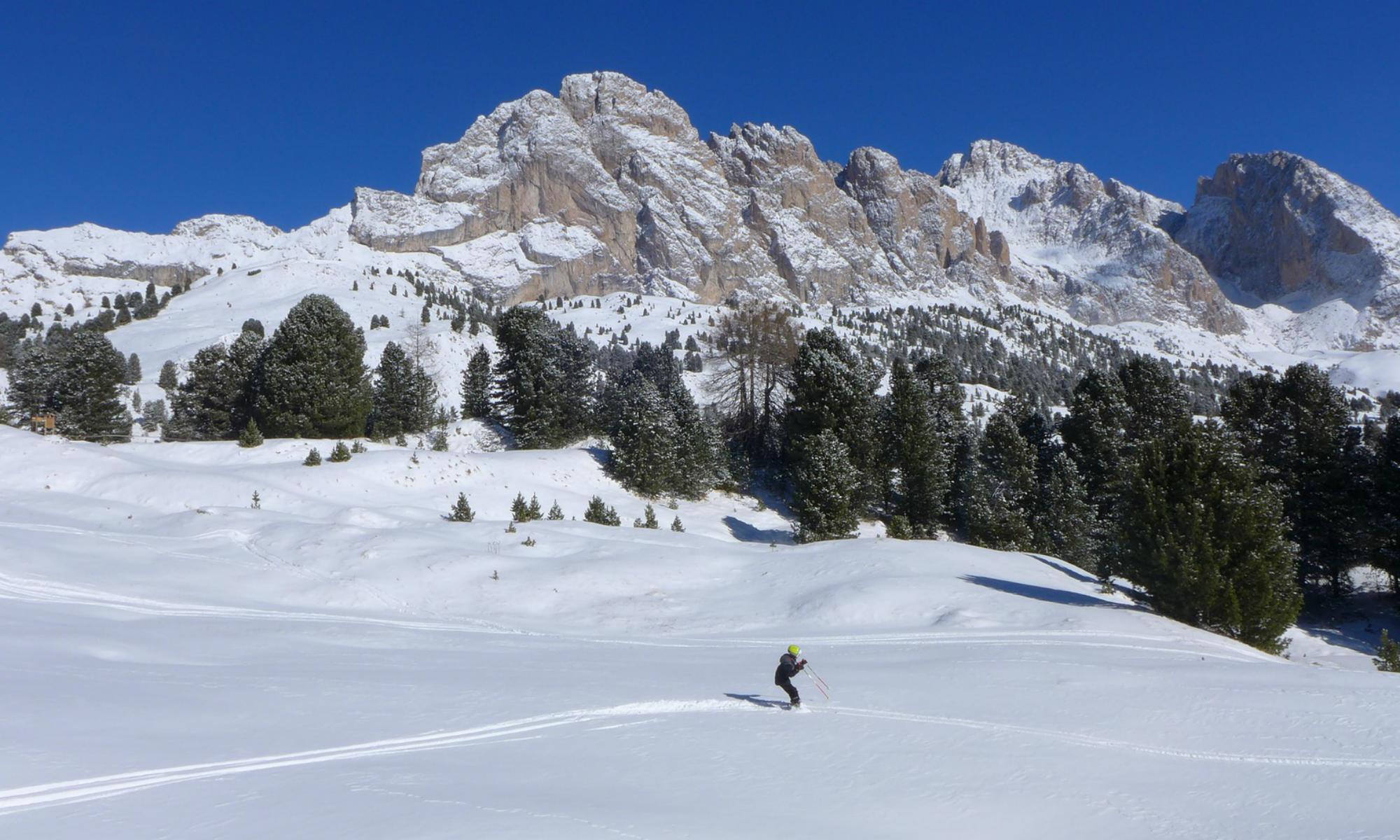 Un bambino scende una pista in Val Gardena.