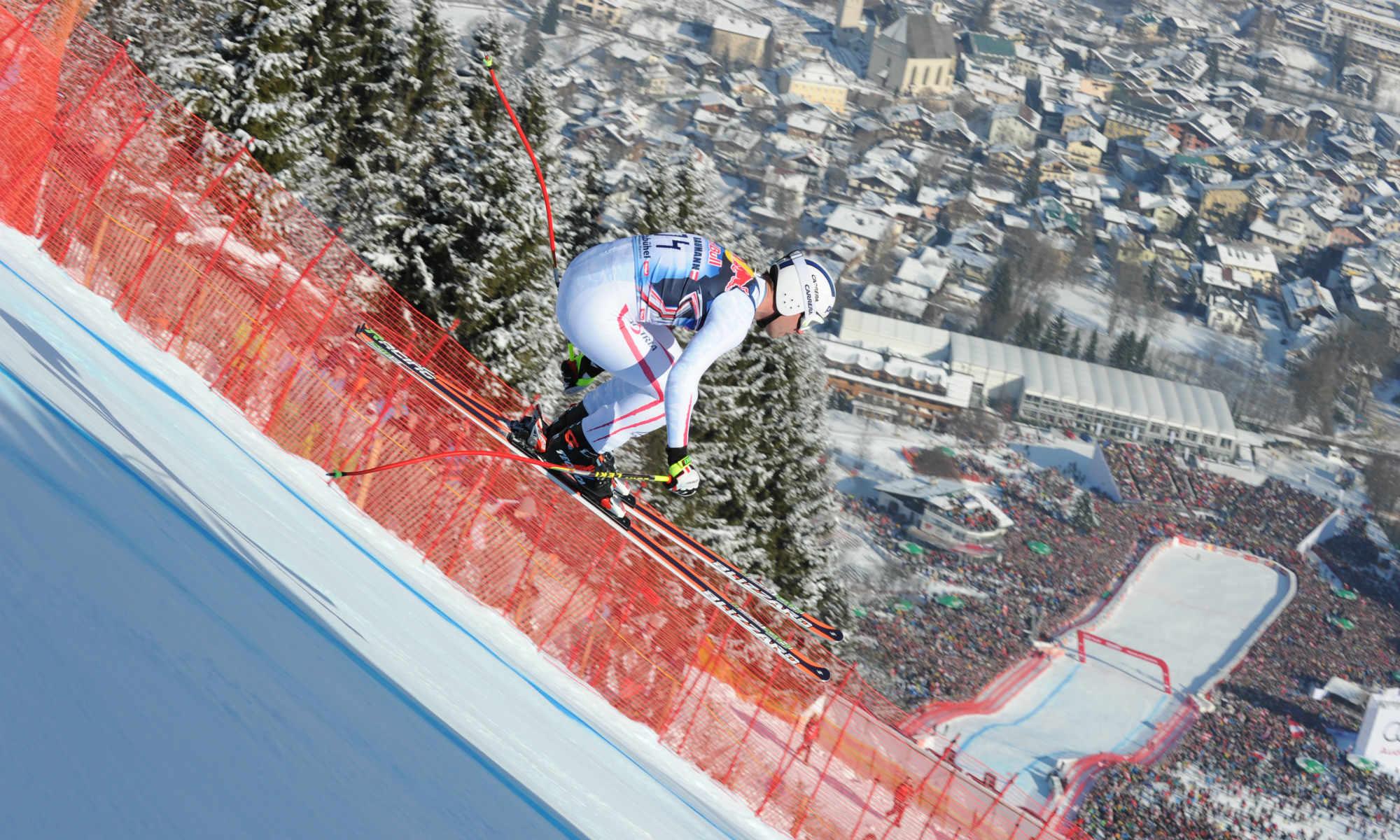 Ein Skirennläufer beim Weltcup Rennen auf der Streif.