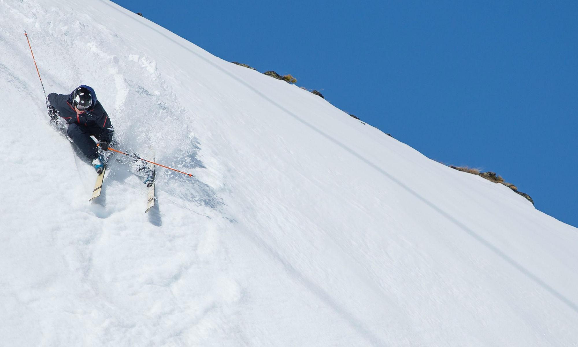 Freerider beim Kurvenziehen an einem steilen Hang in Zermatt.
