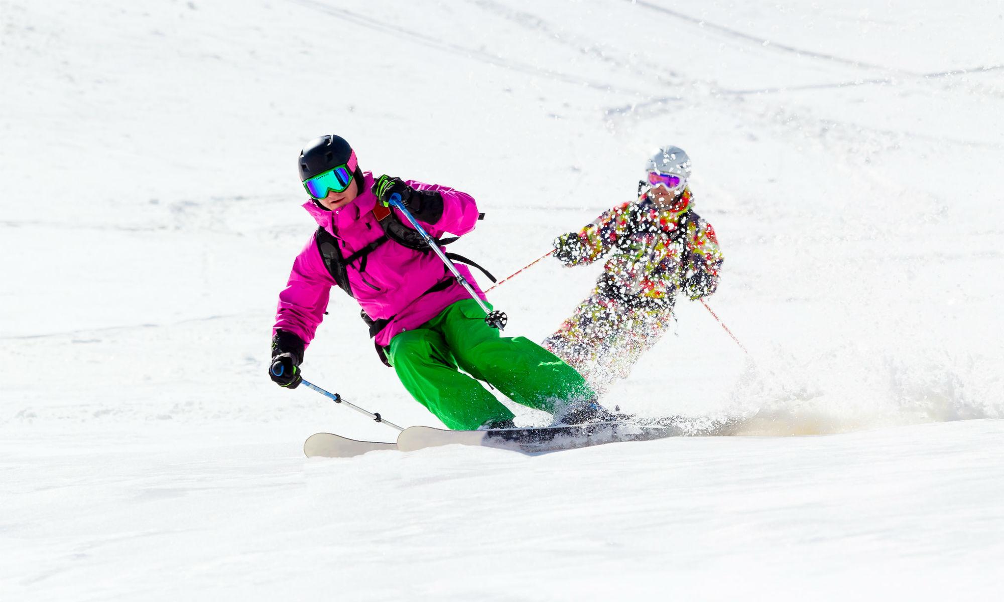2 Skifahrer beim Tiefschneefahren.