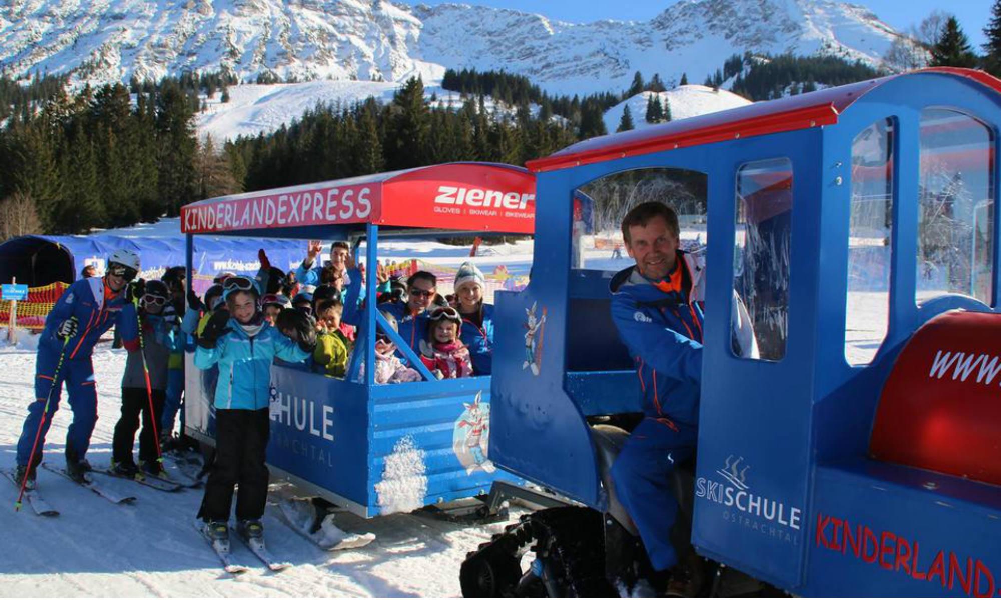 Kinder durchqueren das Schneekinderland im Skigebiet Oberjoch Bad Hindelang im Kinderlandexpress der Ski- und Snowboardschule Ostrachtal.