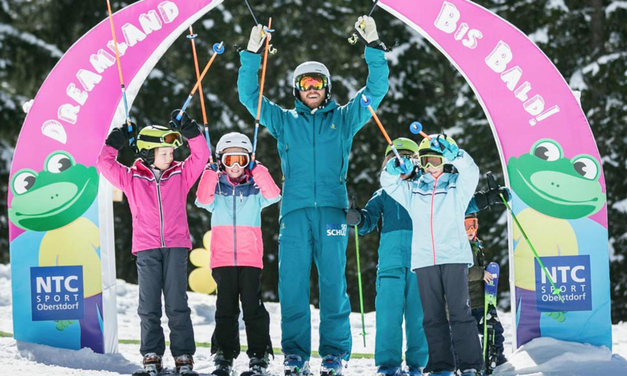 Ein Skilehrer mit seinen Schülern im NTC Dreamland in Oberstdorf.