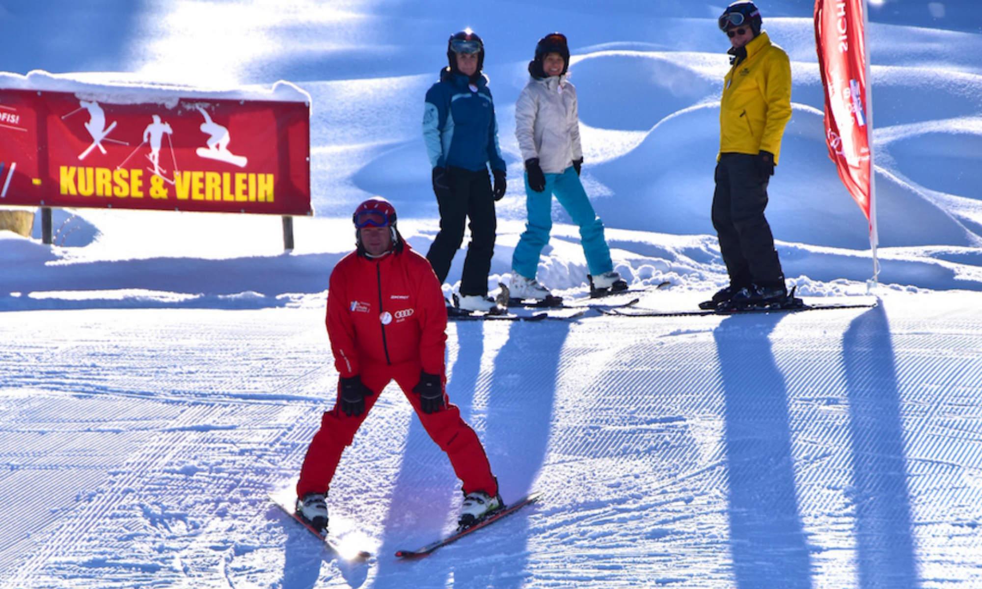 Ein Skilehrer der Neuen Skischule Oberstdorf zeigt den Pflug vor.
