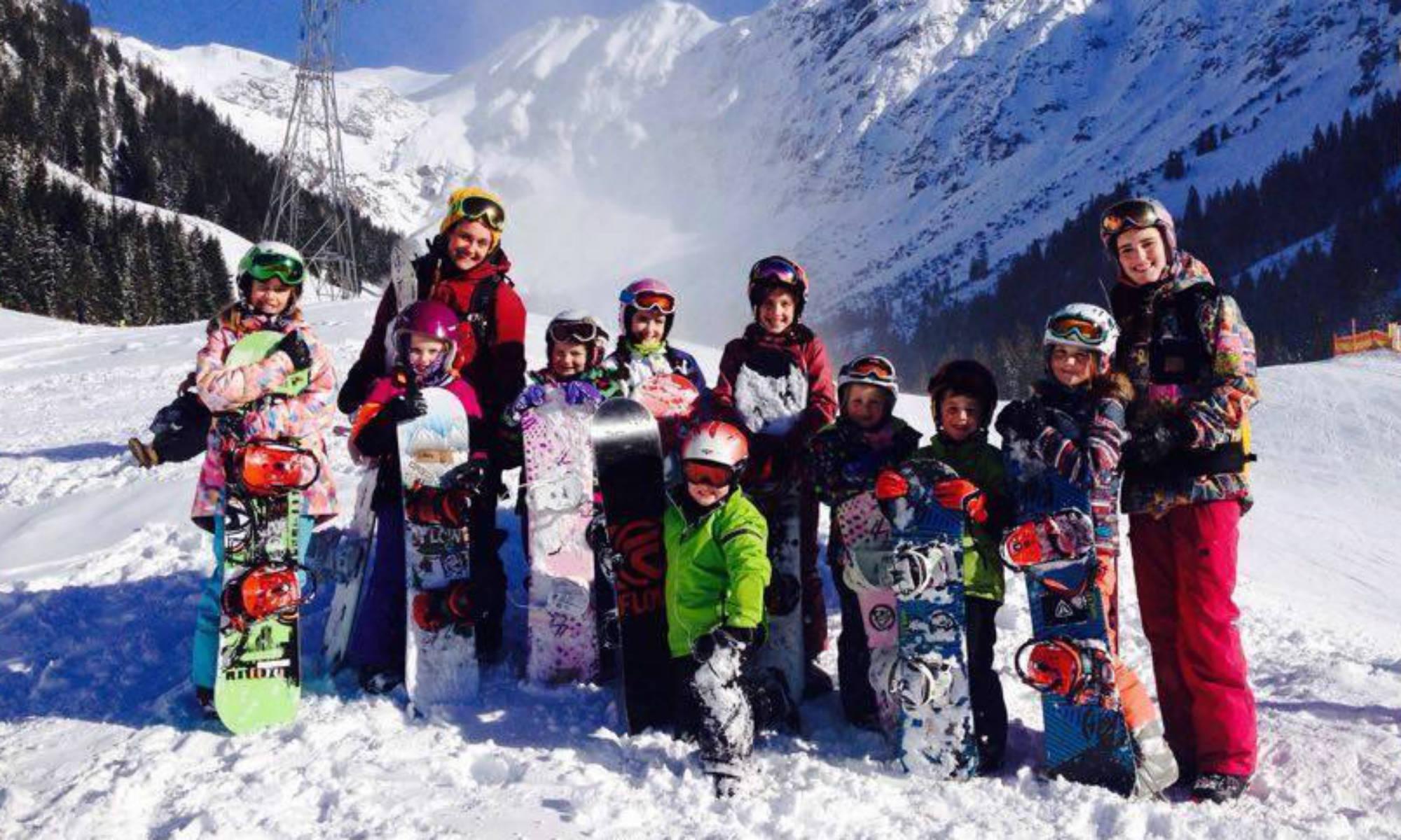 Eine Snowboardkurs-Gruppe der Out of Bounds snowboard school in Oberstdorf.