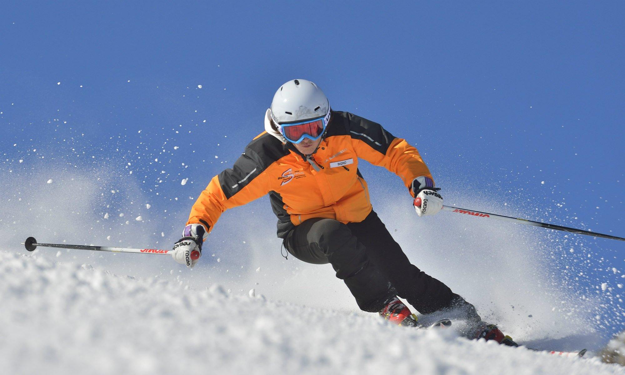 Un skieur effectue un virage carving avec la bonne position.