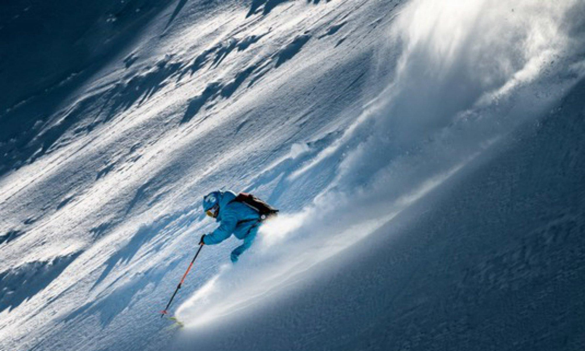 Un skieur hors piste dans la poudreuse.