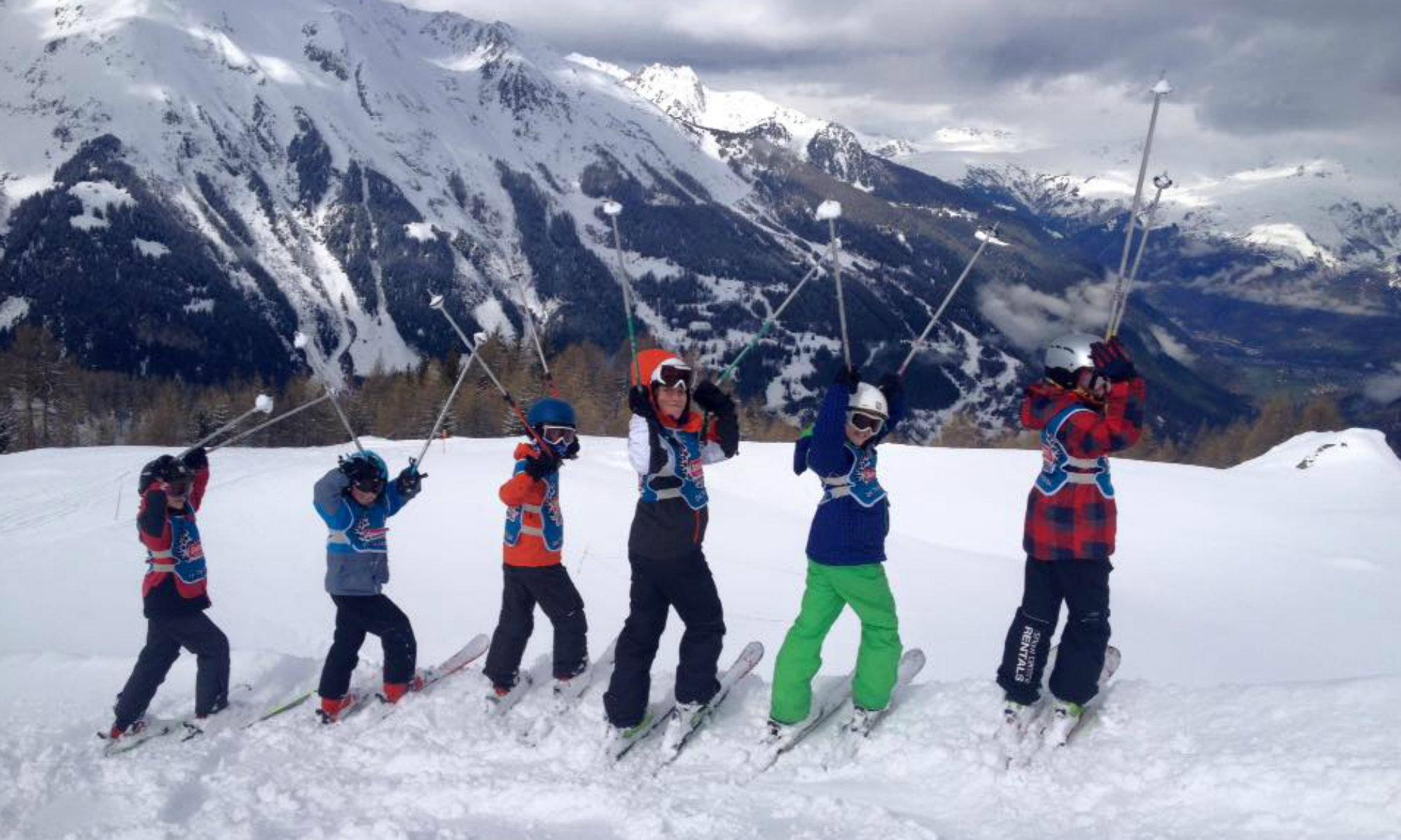 Un groupe de jeunes skieurs lors d'un cours collectif de ski.