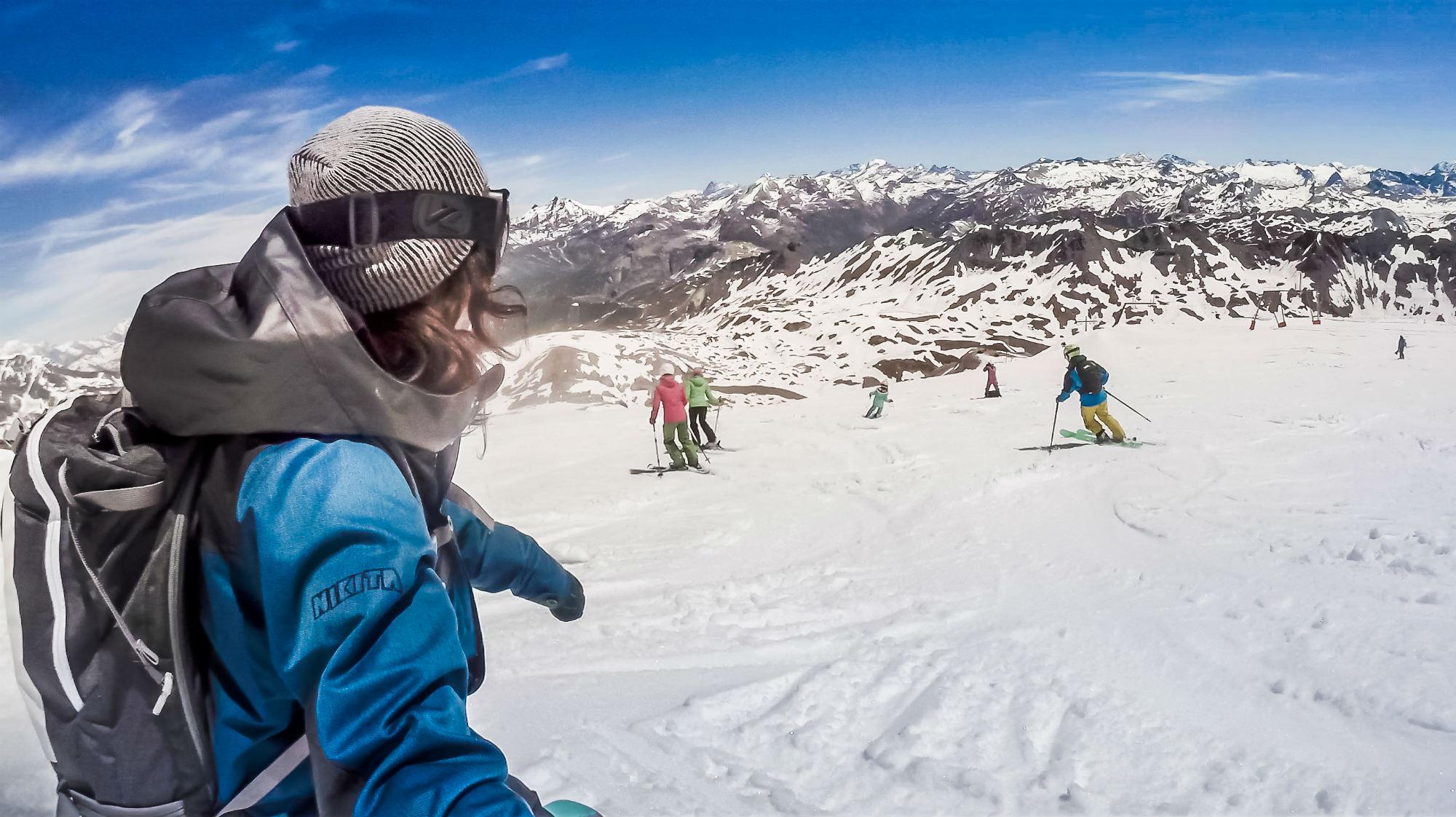 Des skieurs sur une piste enneigée à Tignes.