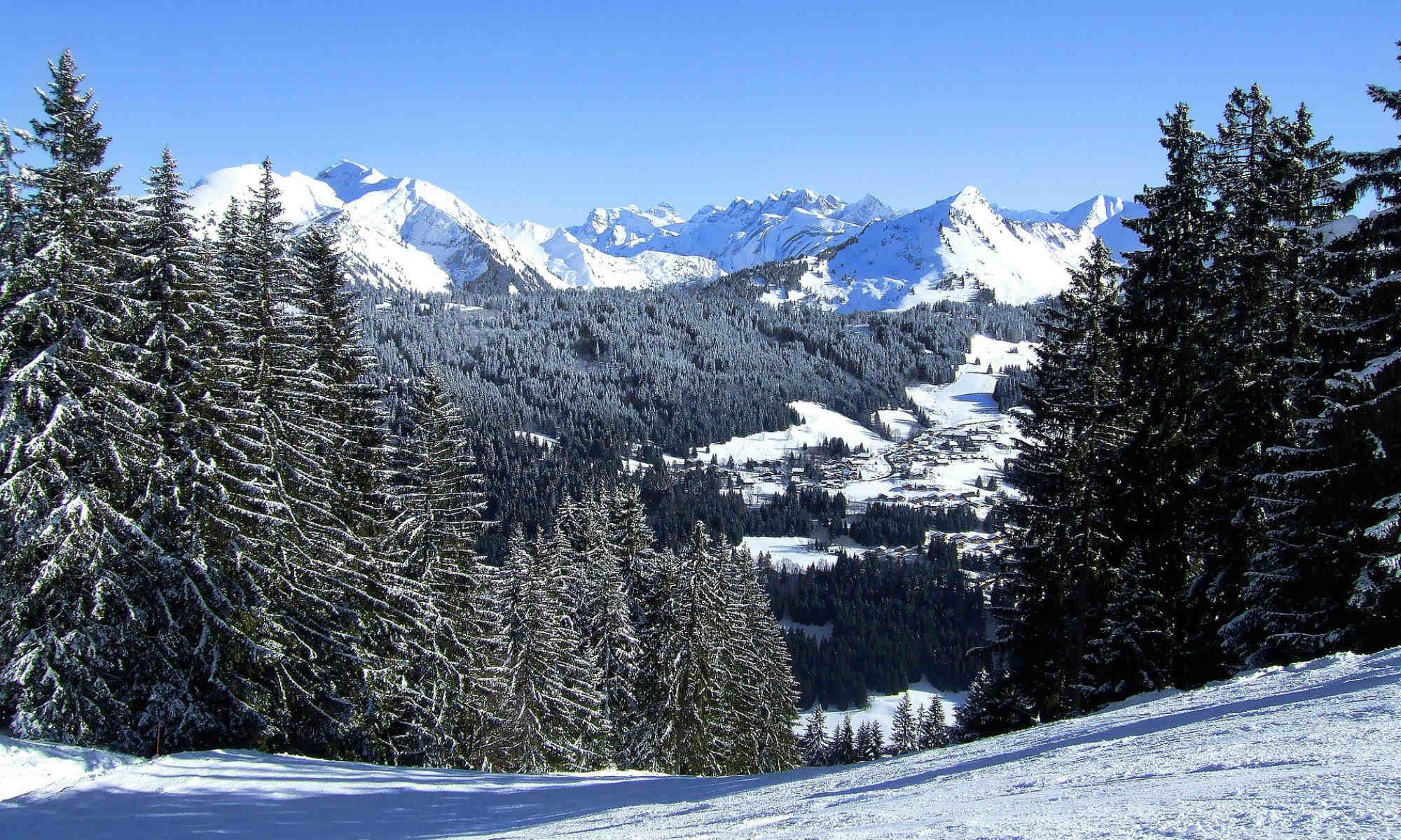 Vue sur Morzine depuis une piste de ski.