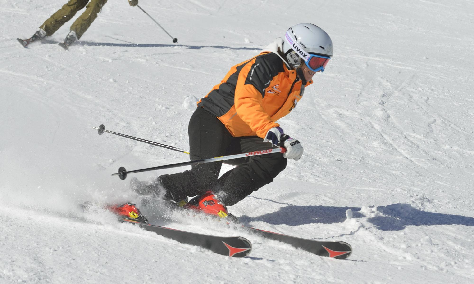 Die Skirennläuferin Ingrid Salvenmoser beim starken Aufkanten auf der Skipiste.