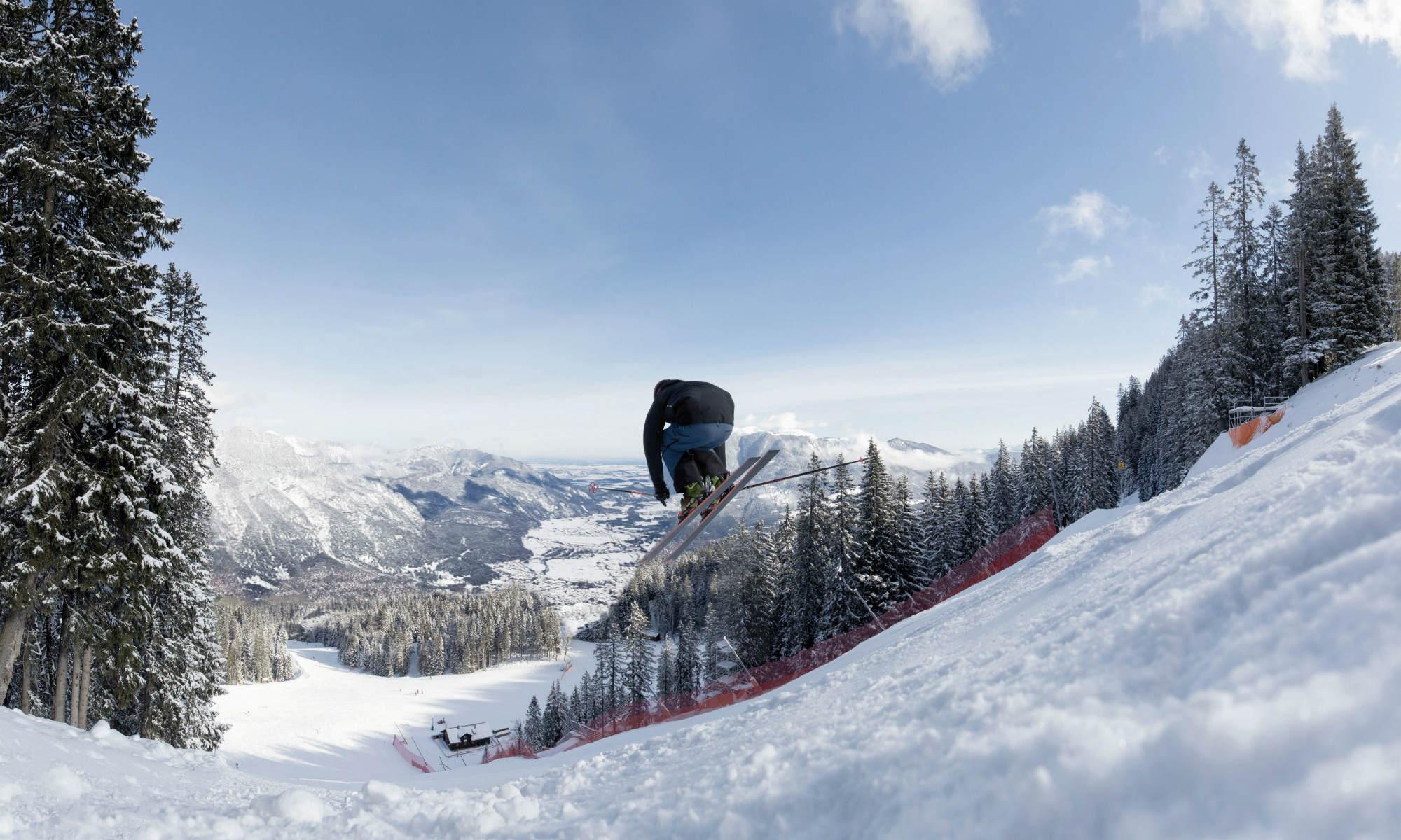 Ein Skifahrer auf der bekannten Kandahar Abfahrt im Skigebiet Garmisch-Classic.