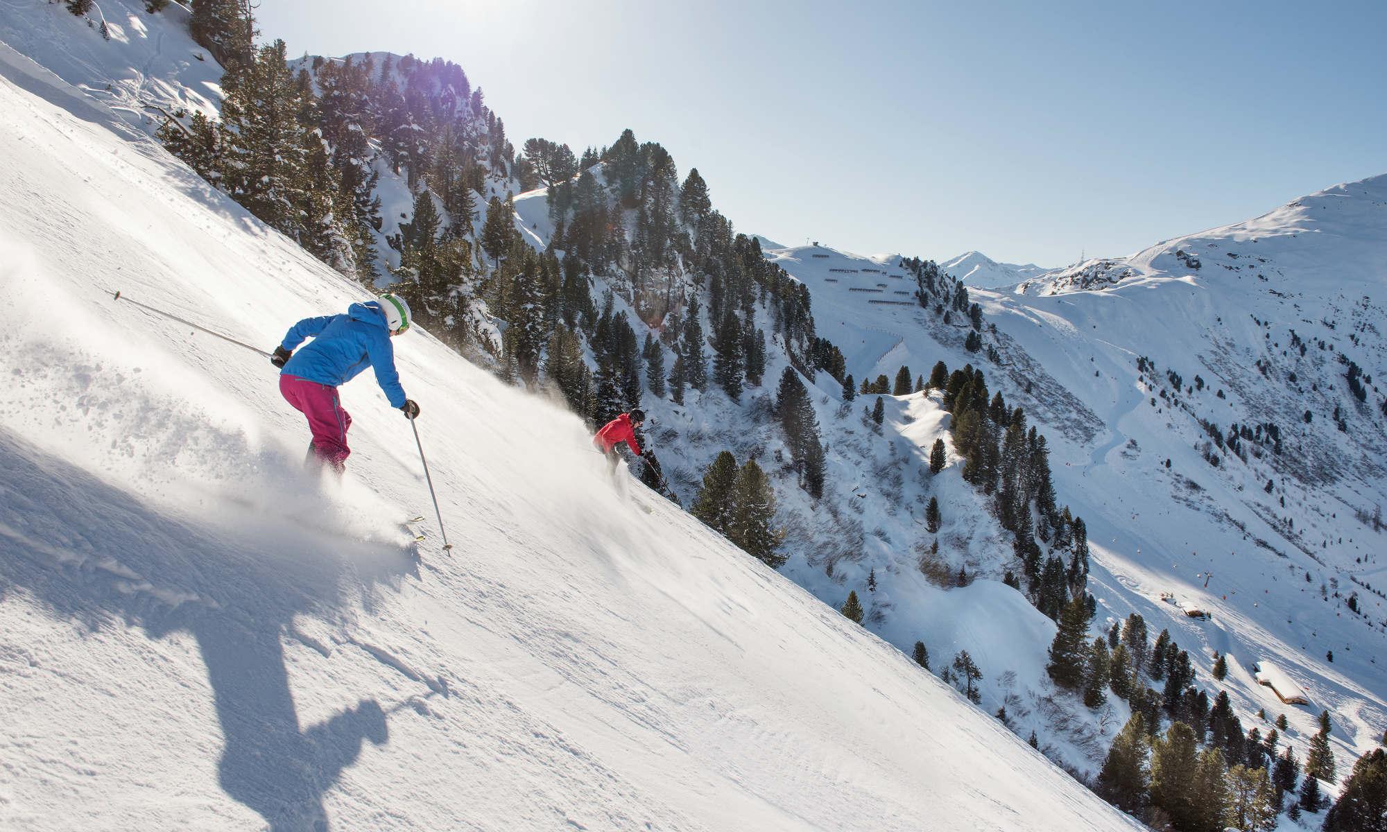 Skifahrer auf der schwarz markierten Harakiri Abfahrt in Mayrhofen.