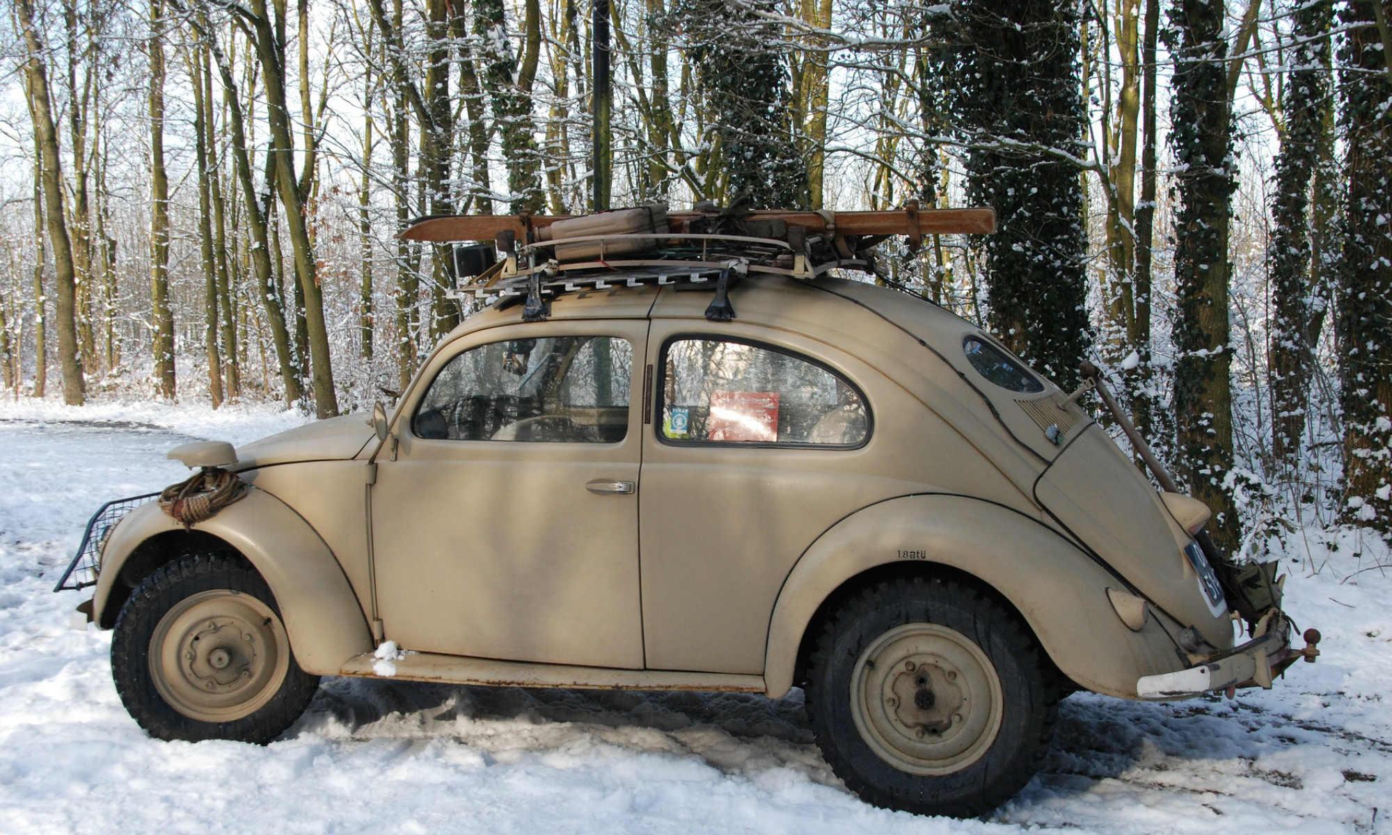 Ein Auto aus der ersten Hälfte des 20. Jahrhunderts, der Gepäckträger beladen mit der Skiausrüstung.