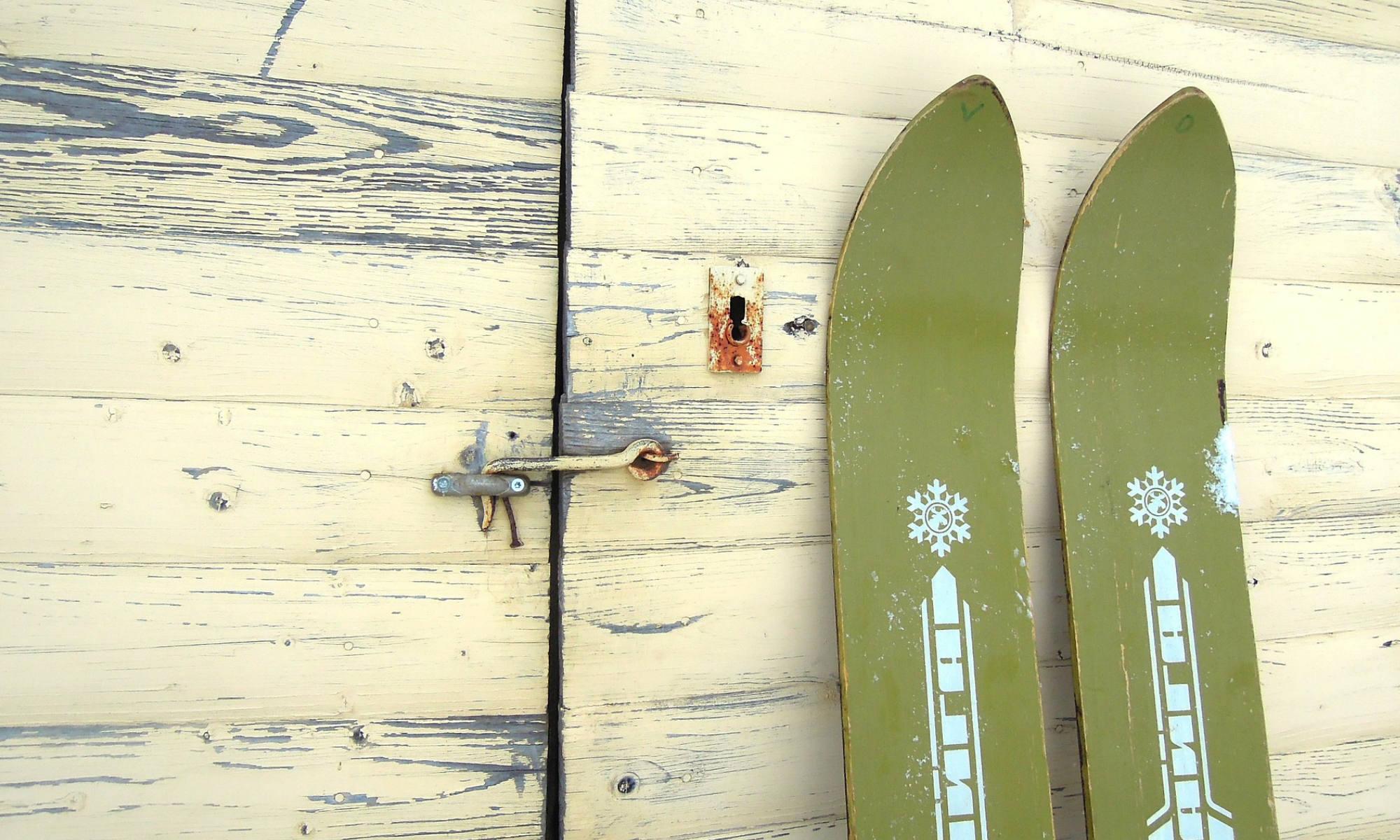 Eine Nachstellung sehr breiter historischer Skier, wie sie in den Anfängen verwendet wurden.