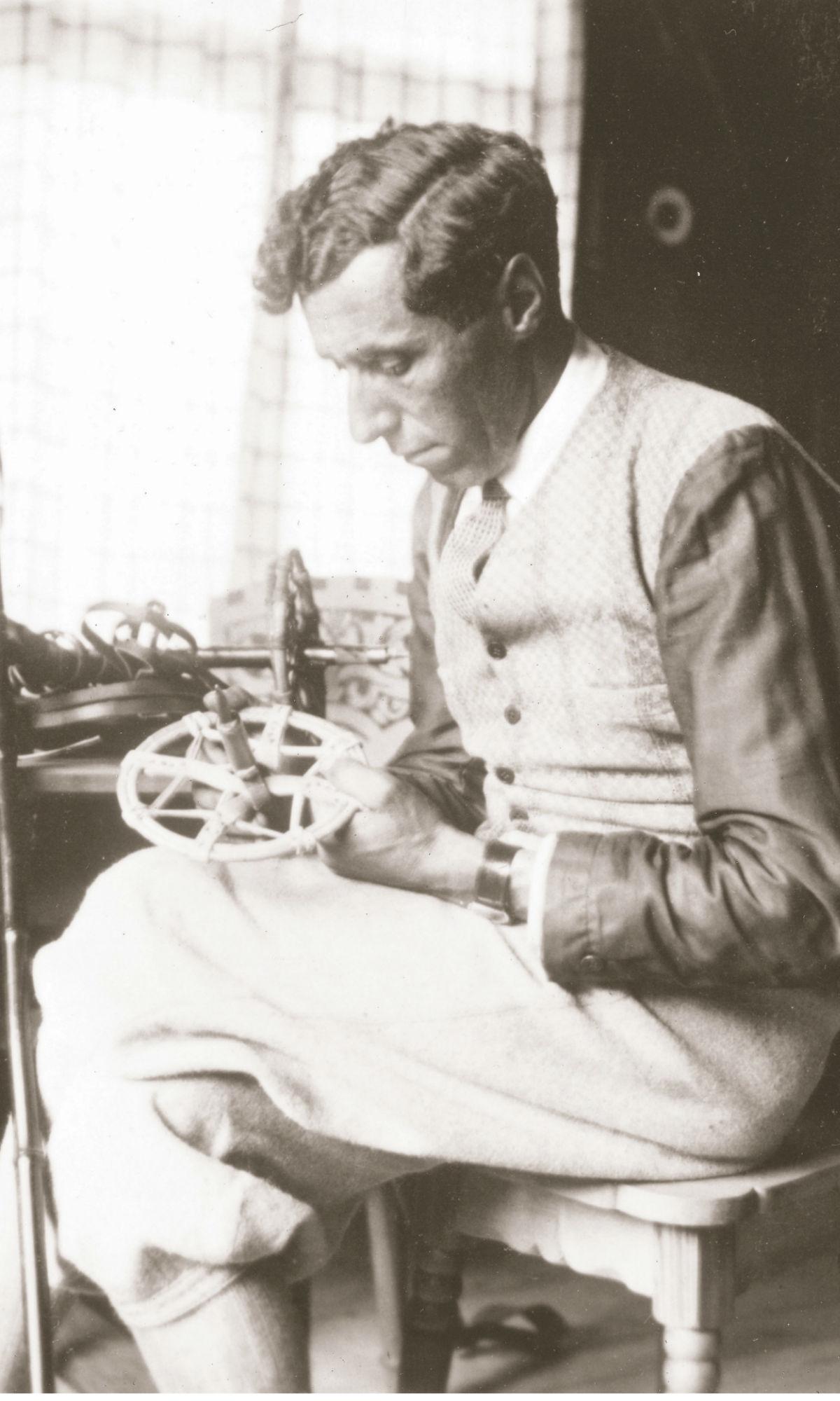 Hannes Schneider in seiner Werkstatt bei der Erfindung der Skistöcke.