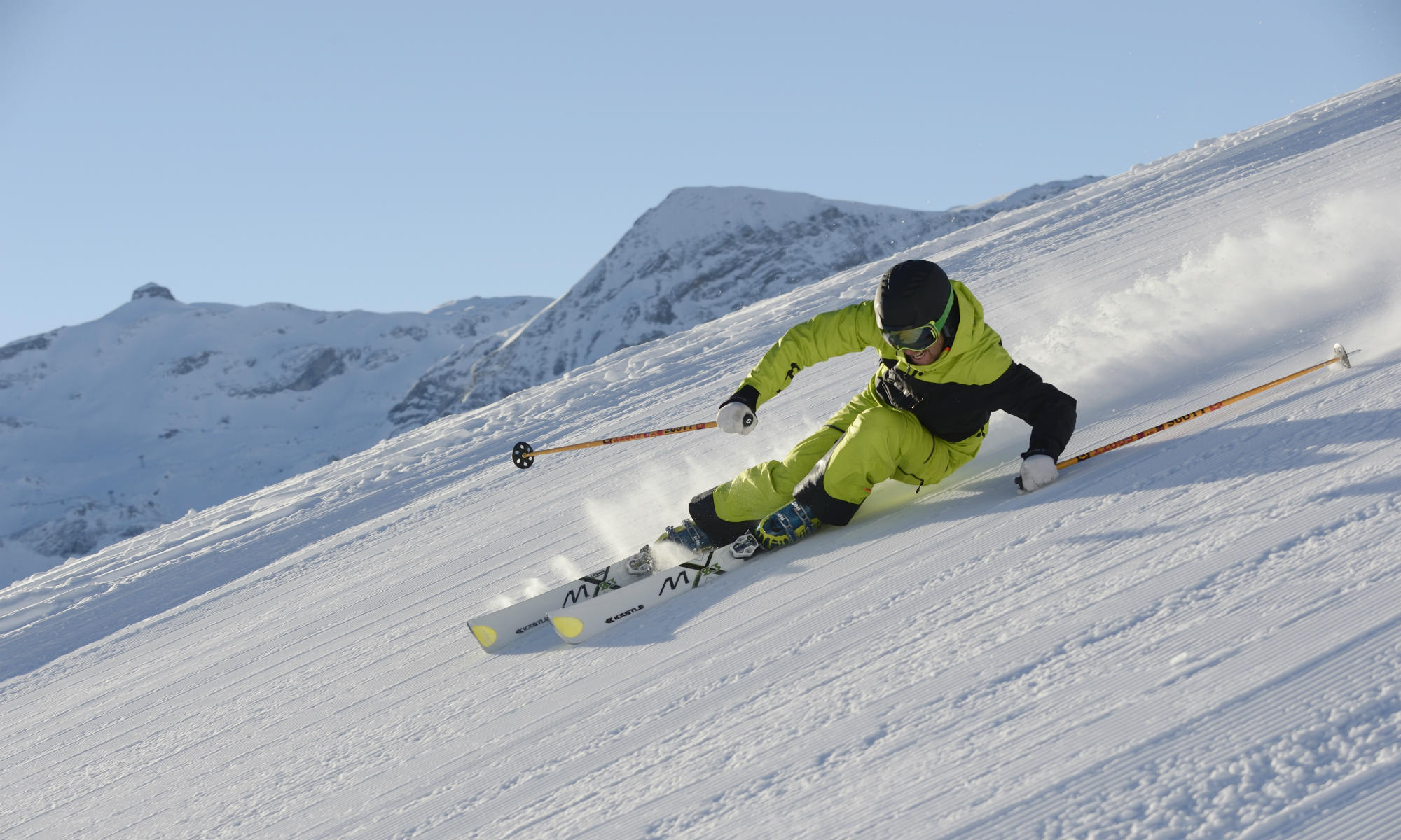 Ein Skifahrer auf den sonnigen Pisten des Skigebiets Lenk.
