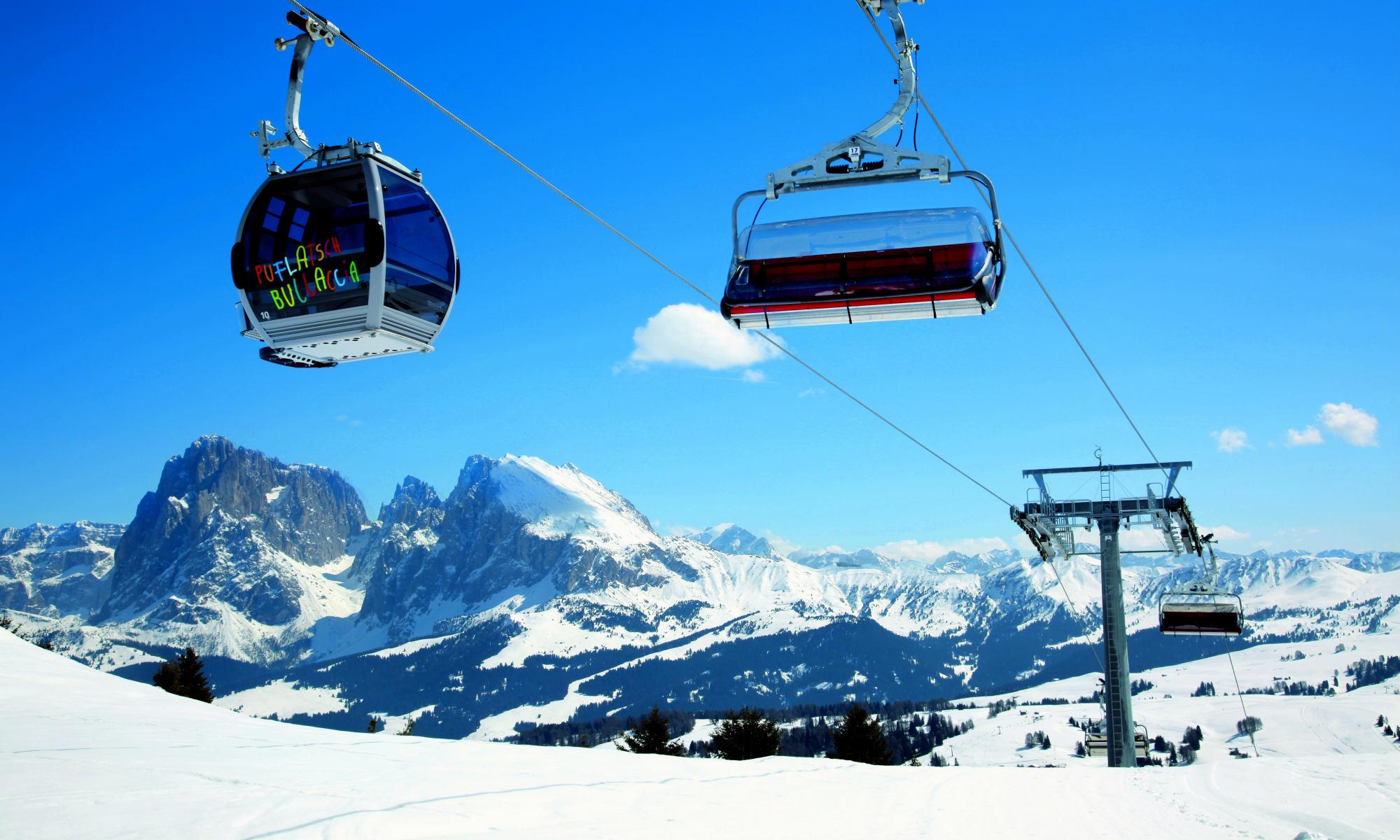 Blick vom Skigebiet Seiser Alm auf die Pisten, Liftanlagen und Berge des Skigebiets.