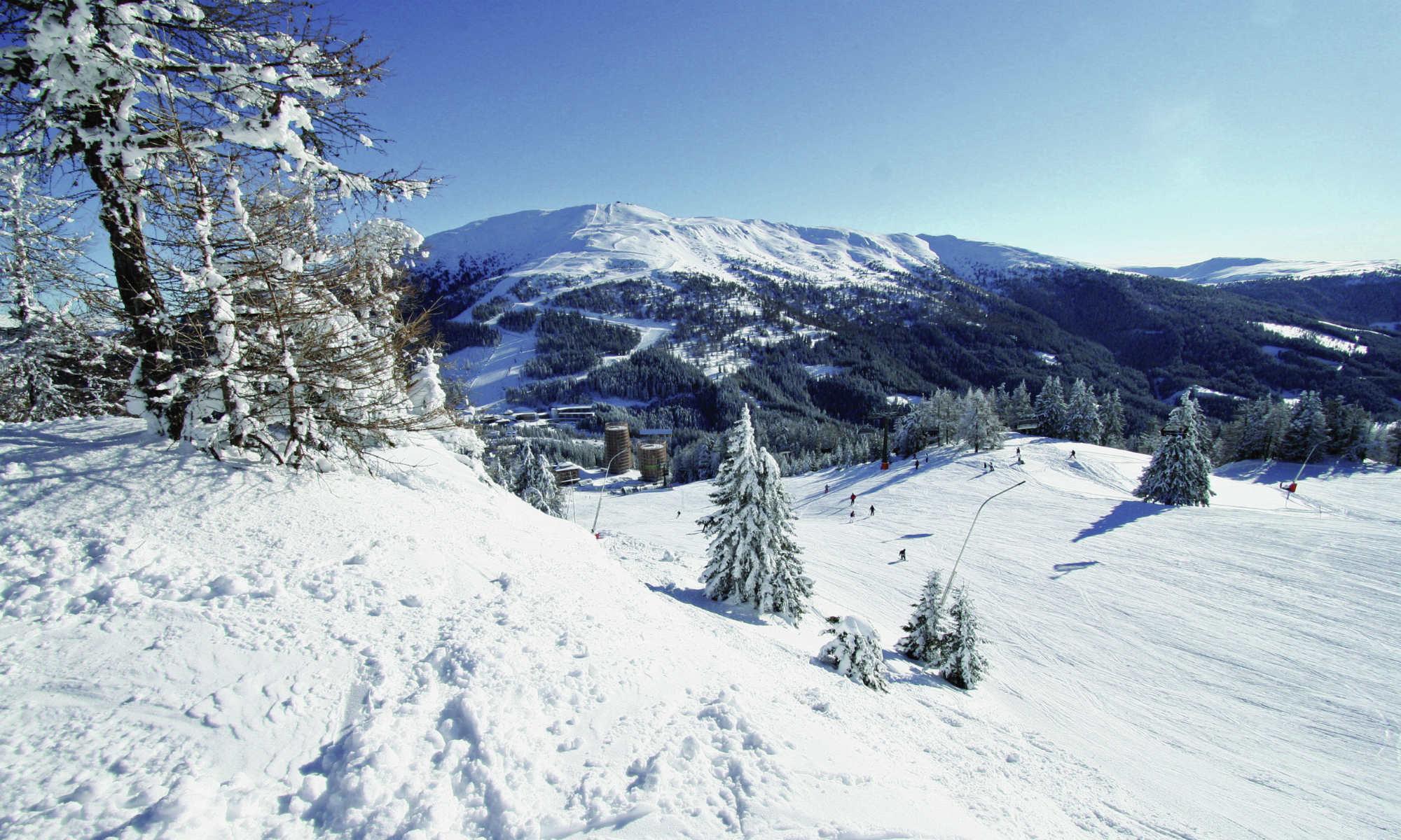 Eine Skipiste inmitten der tief verschneiten Winterlandschaft am Katschberg.