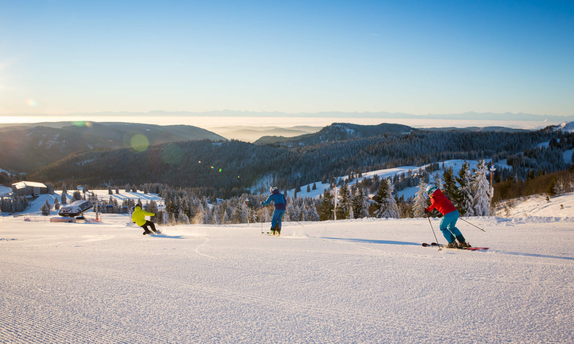Skifahrer üben auf einer sonnigen Piste in Feldberg die Skitechnik.