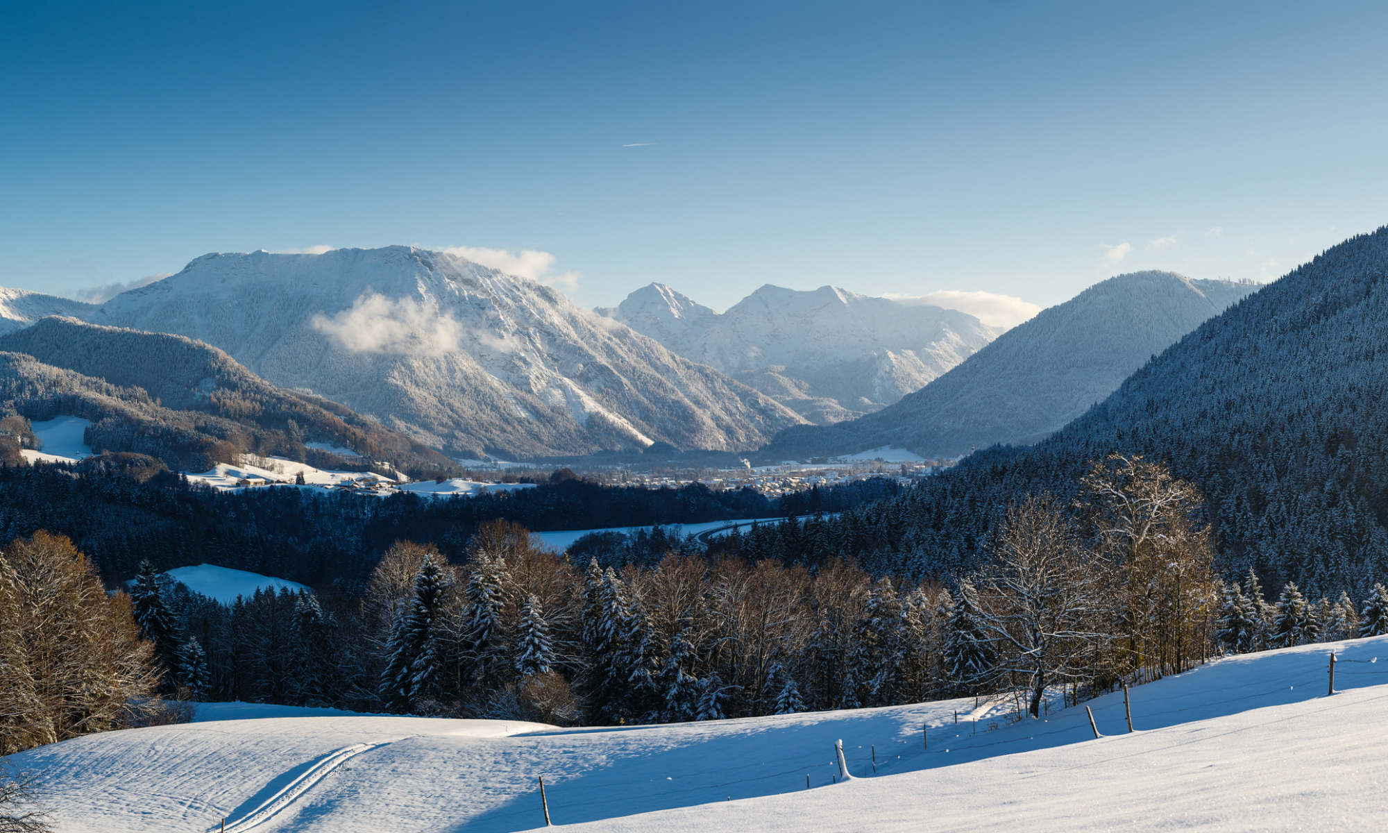 Aussicht auf den Talkessel und die Chiemgauer Alpen im Skigebiet Ruhpolding.